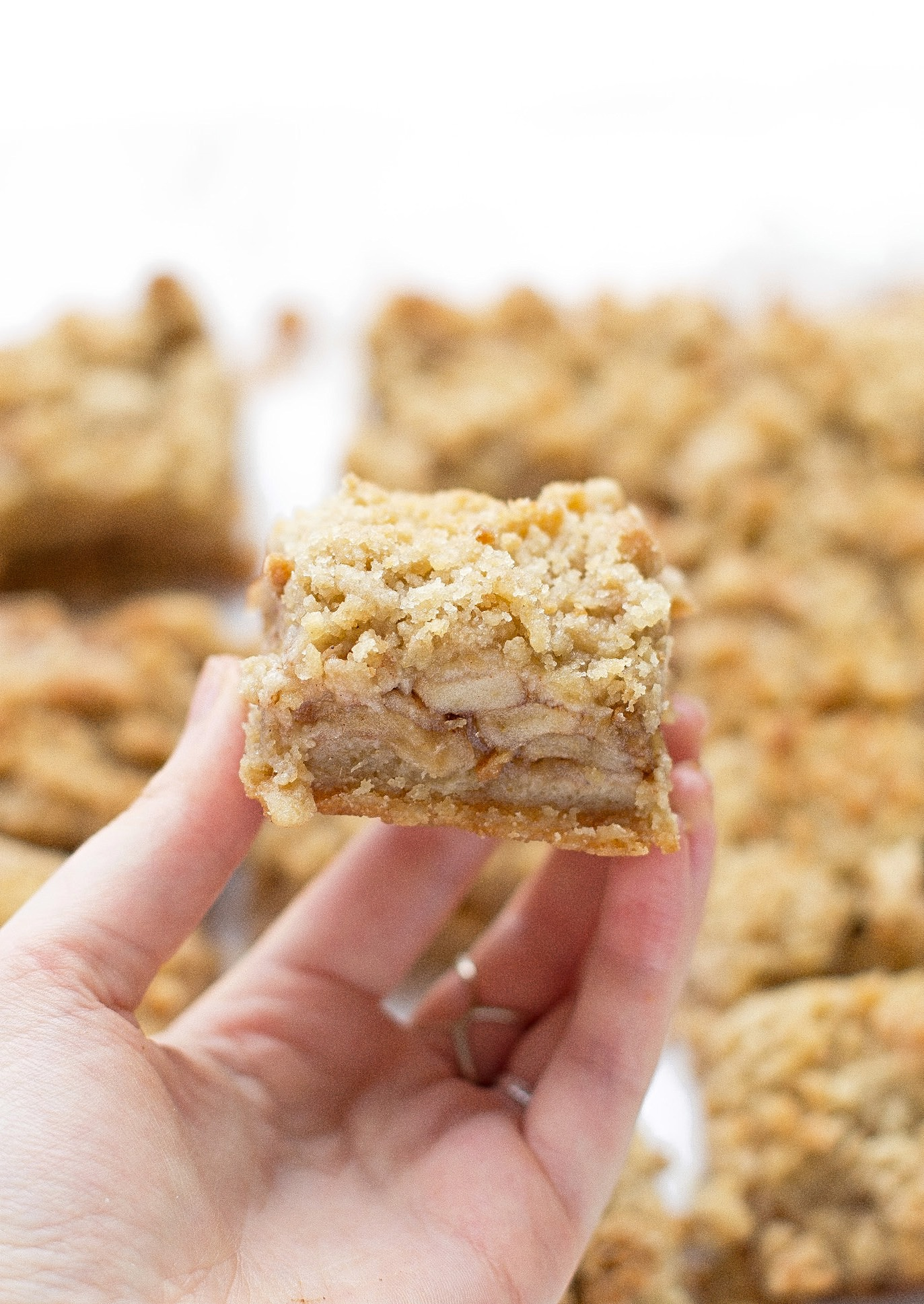 Apple Crumb Bars: tender crust, spiced, sweet, and tart apple filling, and a generous helping of crumb topping. Perfect for Thanksgiving! | Trufflesandtrends.com