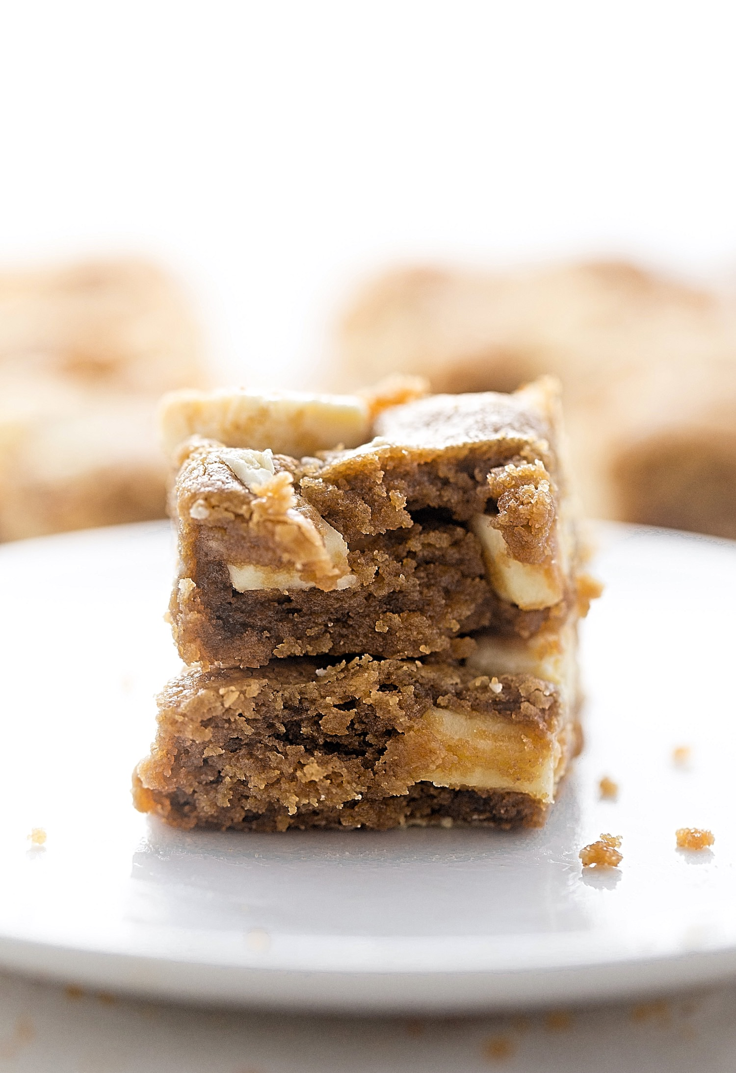 Flourless Peanut Butter White Chocolate Bars: soft, rich, gooey peanut butter bars packed with white chocolate chunks. Gluten-free and so easy! | TrufflesandTrends.com