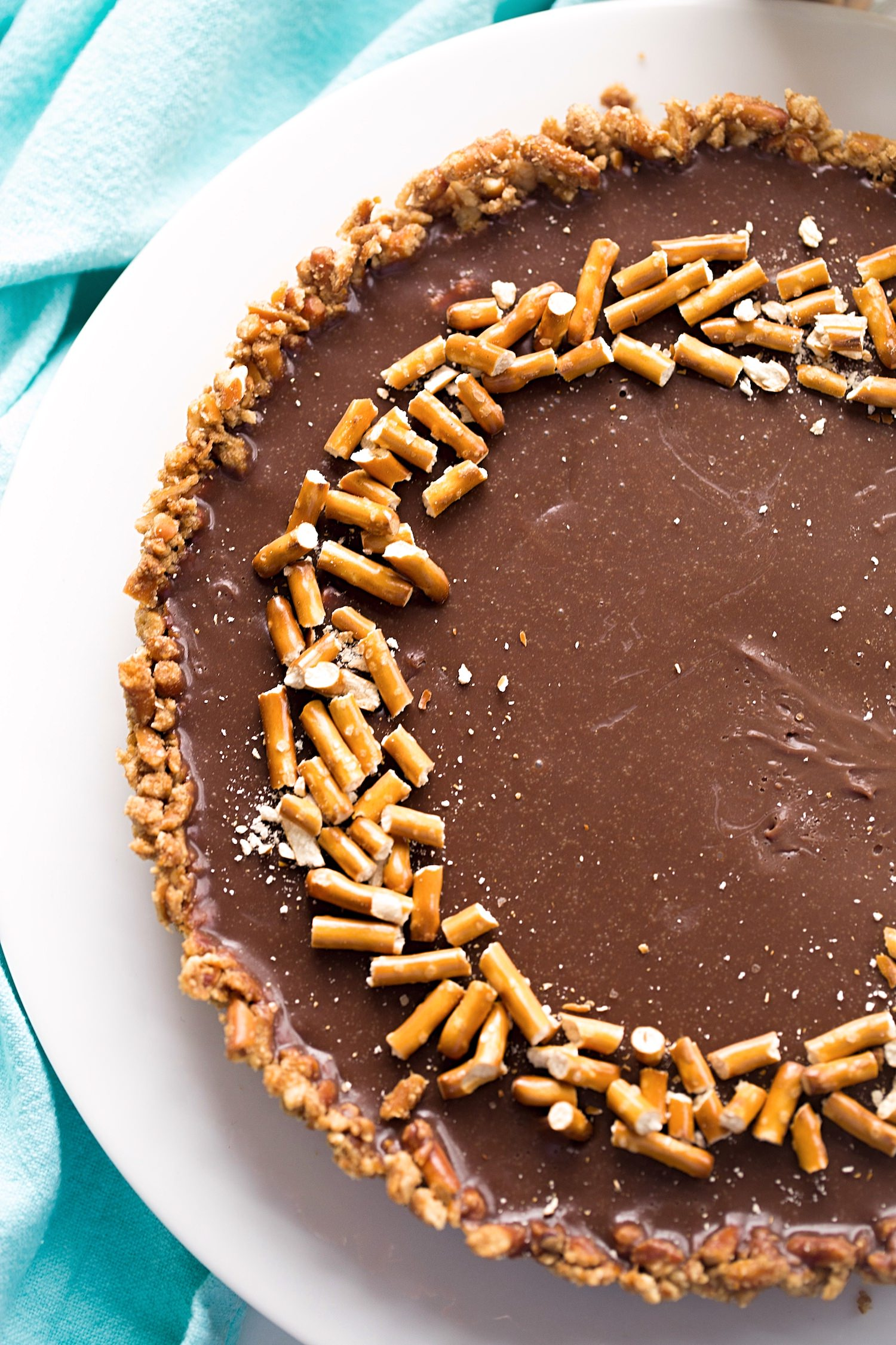 Pretzel Crust Milk Chocolate Tart: a crunchy, salty and sweet pretzel crust filled with a rich, creamy, milk chocolate ganache. Too good! | TrufflesandTrends.com