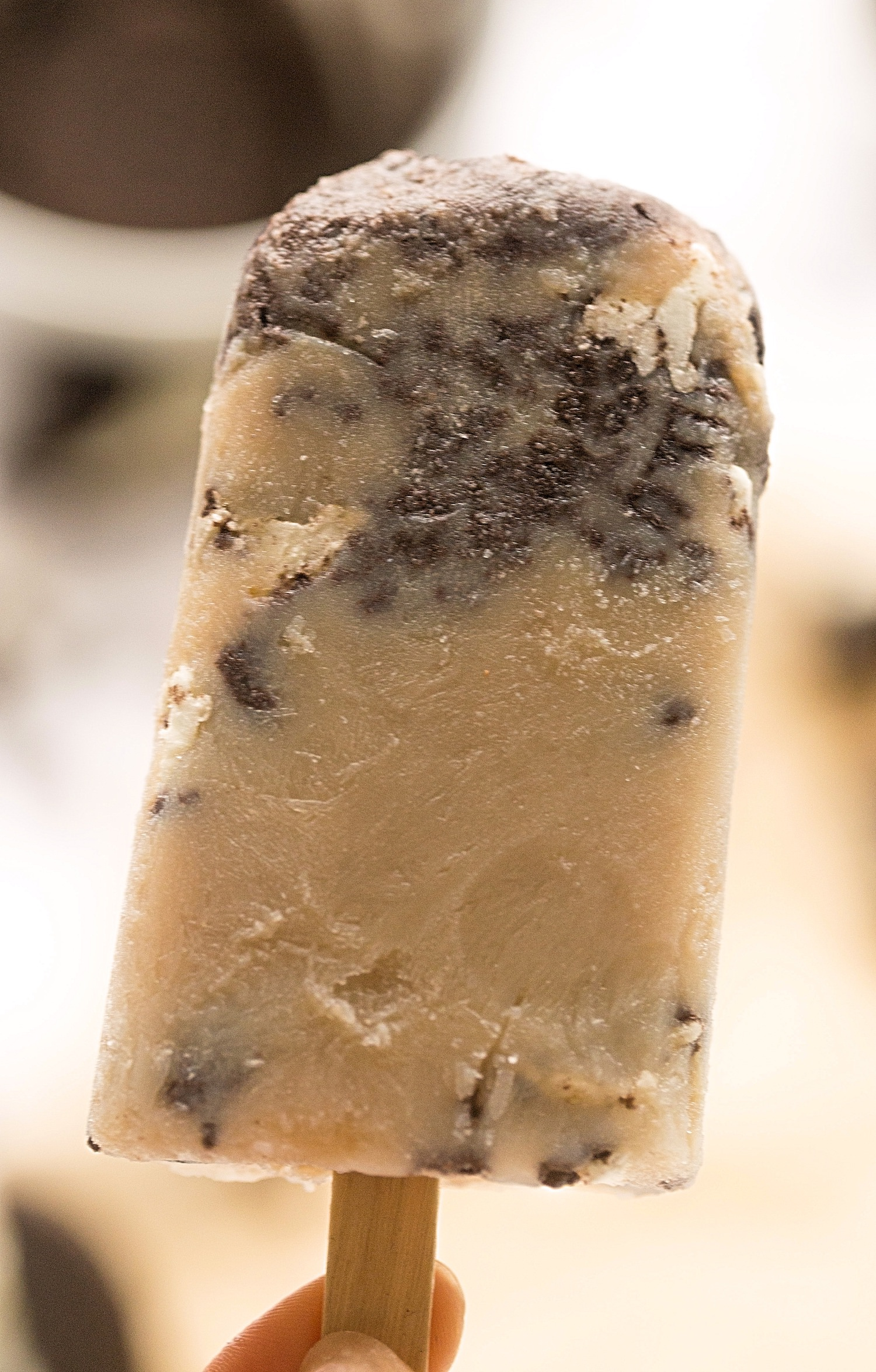 5-Ingredient Cookie Dough Popsicles: creamy, milky popsicles that taste like cookie dough. Packed with chocolate chips + Oreos and so easy! | TrufflesandTrends.com