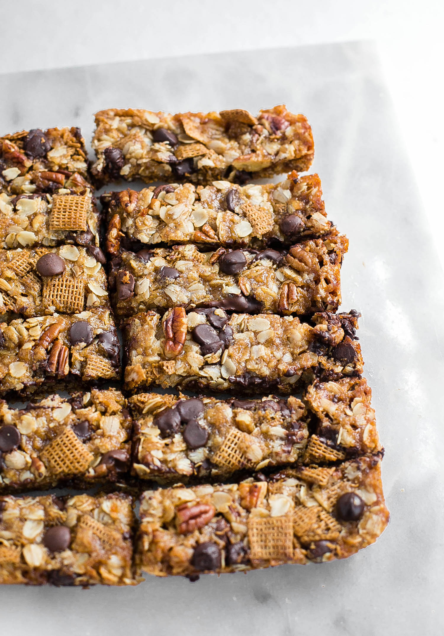Chewy Granola Bars: whole-wheat granola bars chock-full of oats, chocolate chips, and nuts. Super chewy and easy! | TrufflesandTrends.com