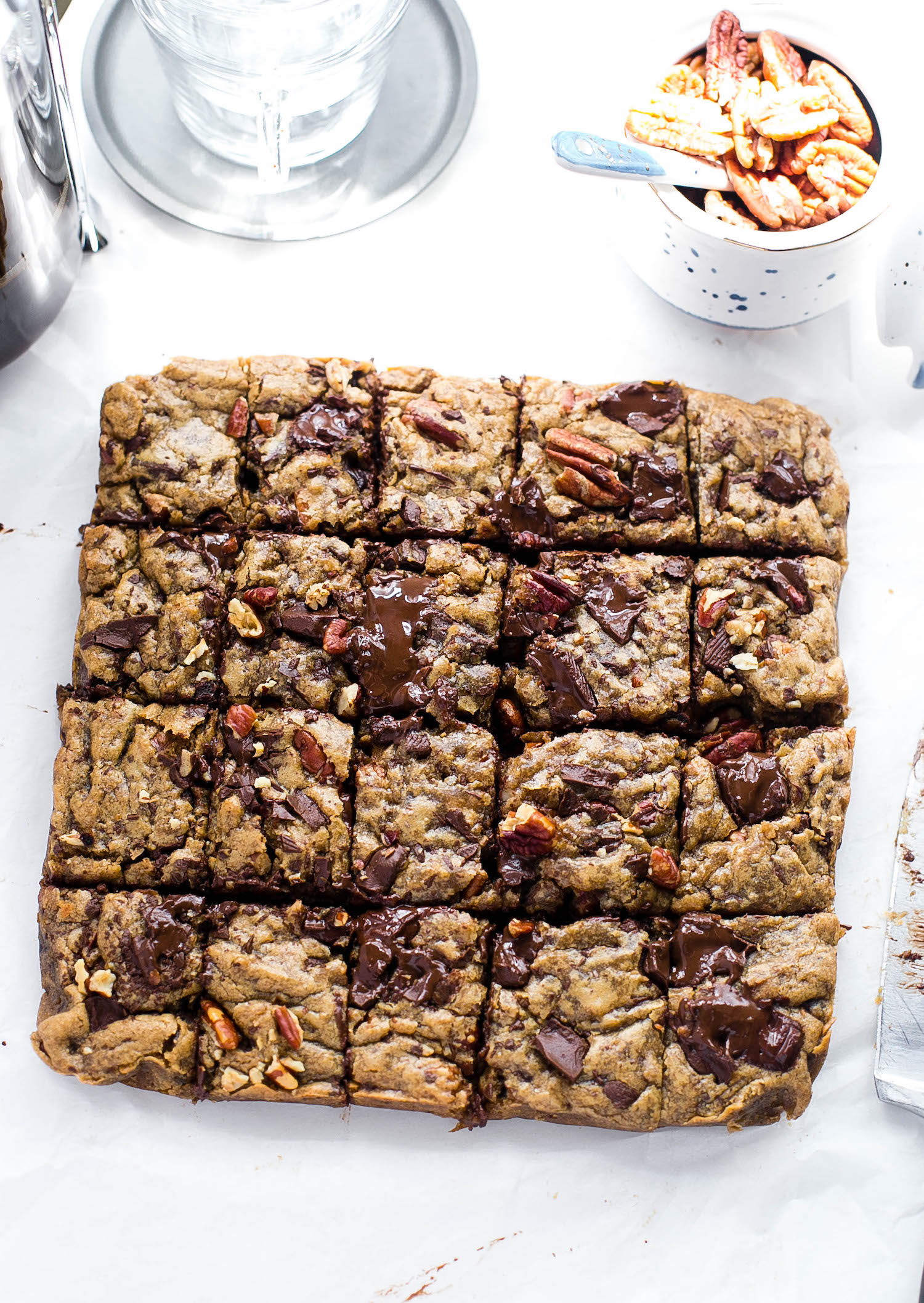 Espresso Chocolate Chip Pecan Blondies: soft, gooey, rich blondies packed with espresso flavor, chocolate chunks, and toasted pecans. So easy!   TrufflesandTrends.com