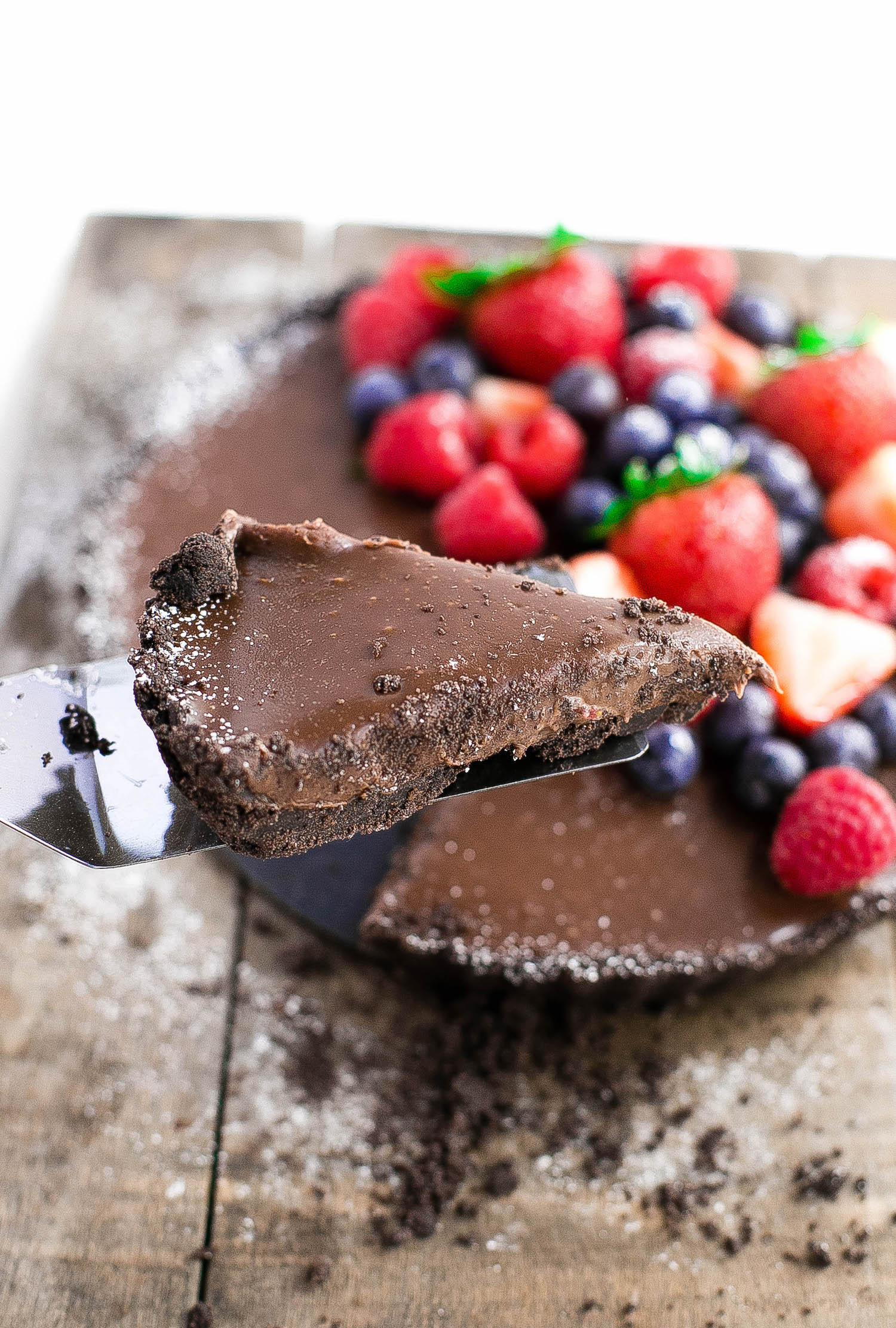 No-Bake Milk Chocolate Tart: this 7-ingredient tart contains a simple Oreo cookie crust and a rich, creamy milk chocolate ganache filling. Ultimate summer indulgence! | TrufflesandTrends.com