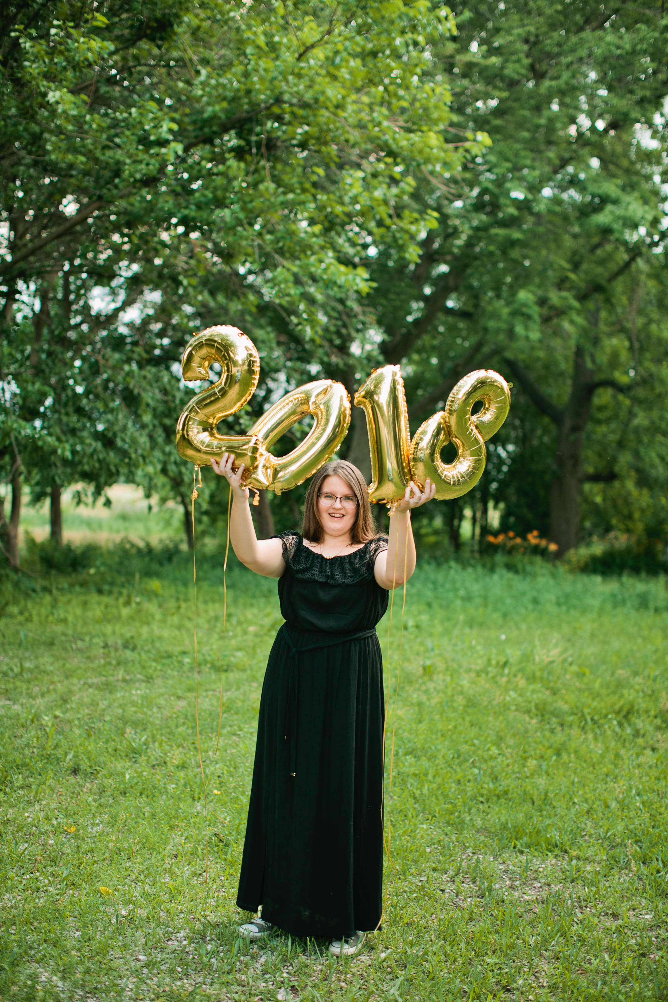 2018 high school senior photos with number balloons