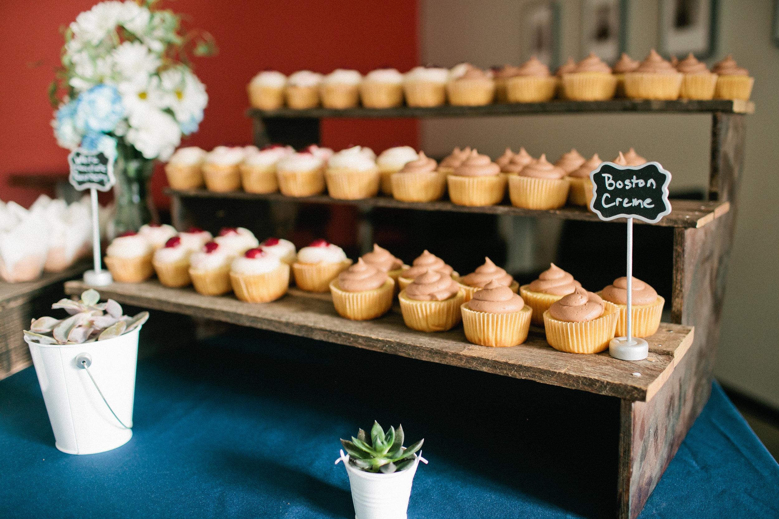 cupcake-display-rustic-wood-bench-wedding