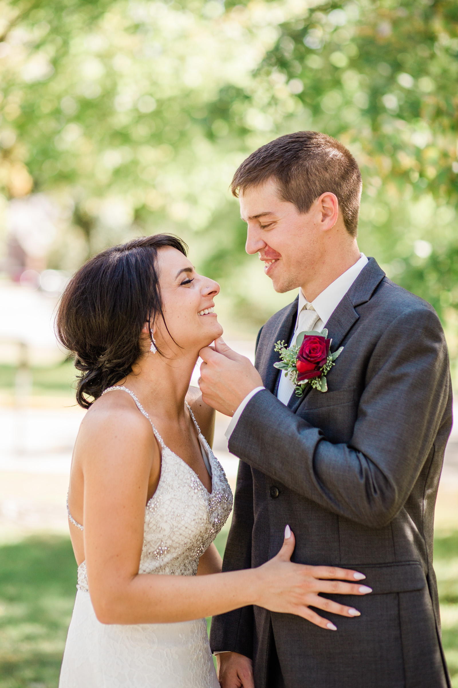 prairie_moon_winery_ames_iowa_outdoor_wedding_photos