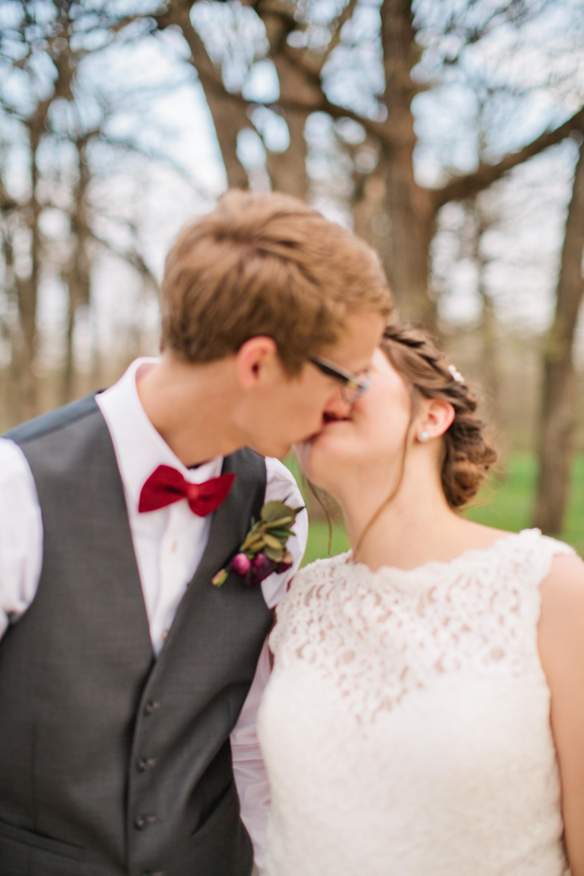 best_kissing_photos_wedding_iowa_des_moines