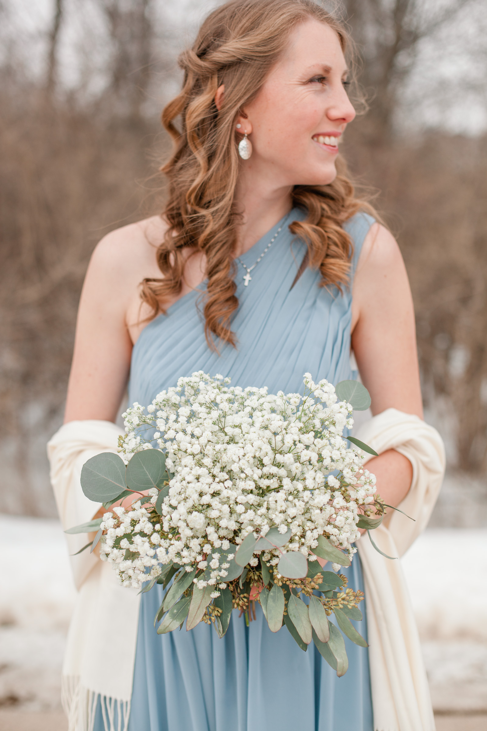 5 tips for your winter wedding // bridesmaid in dusty blue dress with creme shawl
