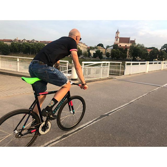 Cutting urban roads w/ #Teliaveli #fixedgear . . #commuterbike #fixedgearvilnius #fgv #omnizen #kashimax #columbustubing #savethetrackbike