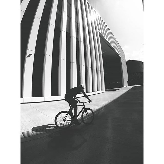 Urban shadows ⬛ . . #columbustubing #Teliaveli #fixedgear #savethetrackbike