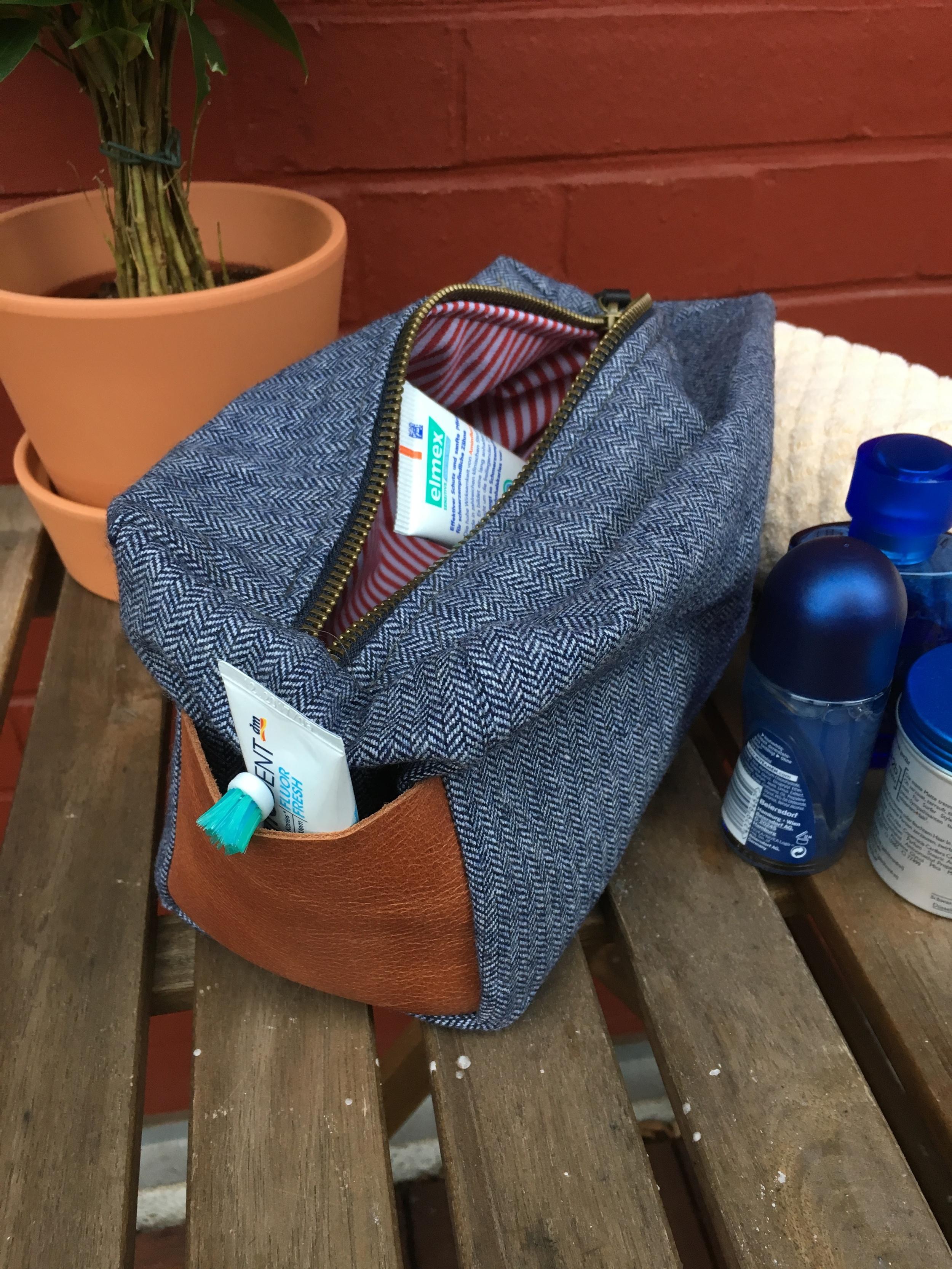 Die Kulturtasche bietet Platz für mehrere Zahnpasten