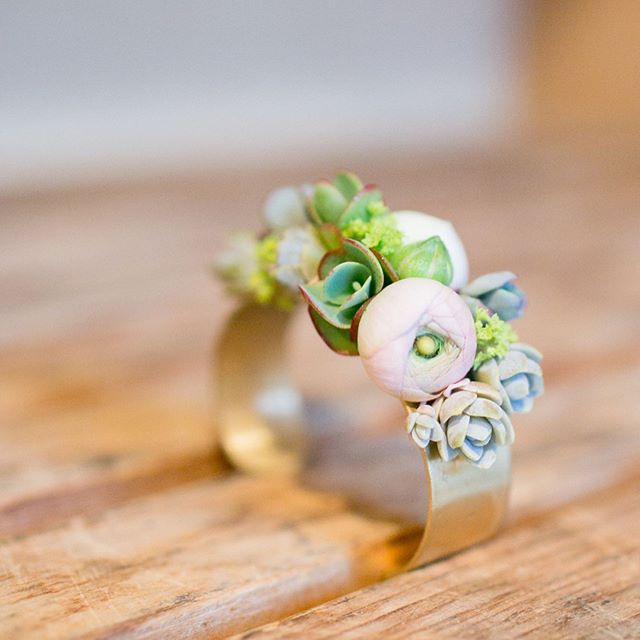 Ohmygoodness. Sometimes the tiny details need more of a spotlight! . We're in ❤️ with these creations from Alison Ellis at Floral Artistry in Vermont!!!!! . . . #floralartistry #vermontwedding #weddingdetails #tinyflowers #weddingjewelry #succulents #succulentjewelry #succulentboutineer #tiny #summerwedding #wedding #magnolia_photographie