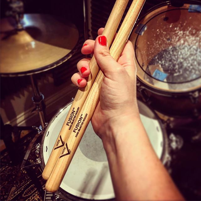If you've seen my stories you'll know that I'm trying out these Vater Fusion sticks for a while. Thank you so much for indulging my inner drum geek and for all your feedback and info! There are so many sticks I need to try out! 🙈 🤓  Always good to try something new is what I say!  Hope you're having a good Monday! #MondayMotivation #vater #somethingNew #drumsticks #fusion #drumgear #drumporn . . . #drums #drum #drummers #drummer #femaledrummer #femaledrummers #practice #drumming #drumlife #drumstagram #drummermama #drummermum #drumsdaily #womendrummers #bateria #baterista #mumswhodrum #drummingtoday