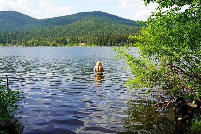 Friends dont let friends not swim in lakes @bonnieklohn . . . #summervibes #explorebc #interiorbc
