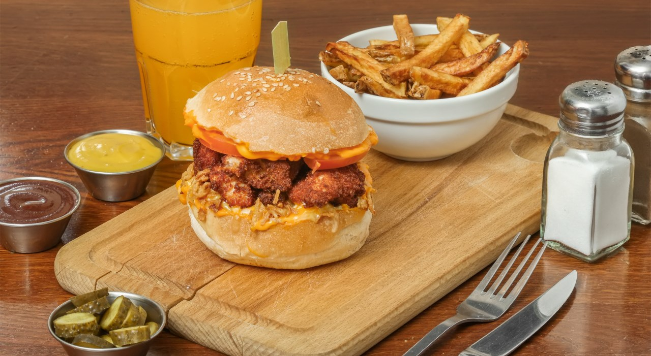 charly_bun_s_-_sfdcid_0011j00001kuh5oqah_bun_s_menu_classique_chicken_burger_550x440.jpg
