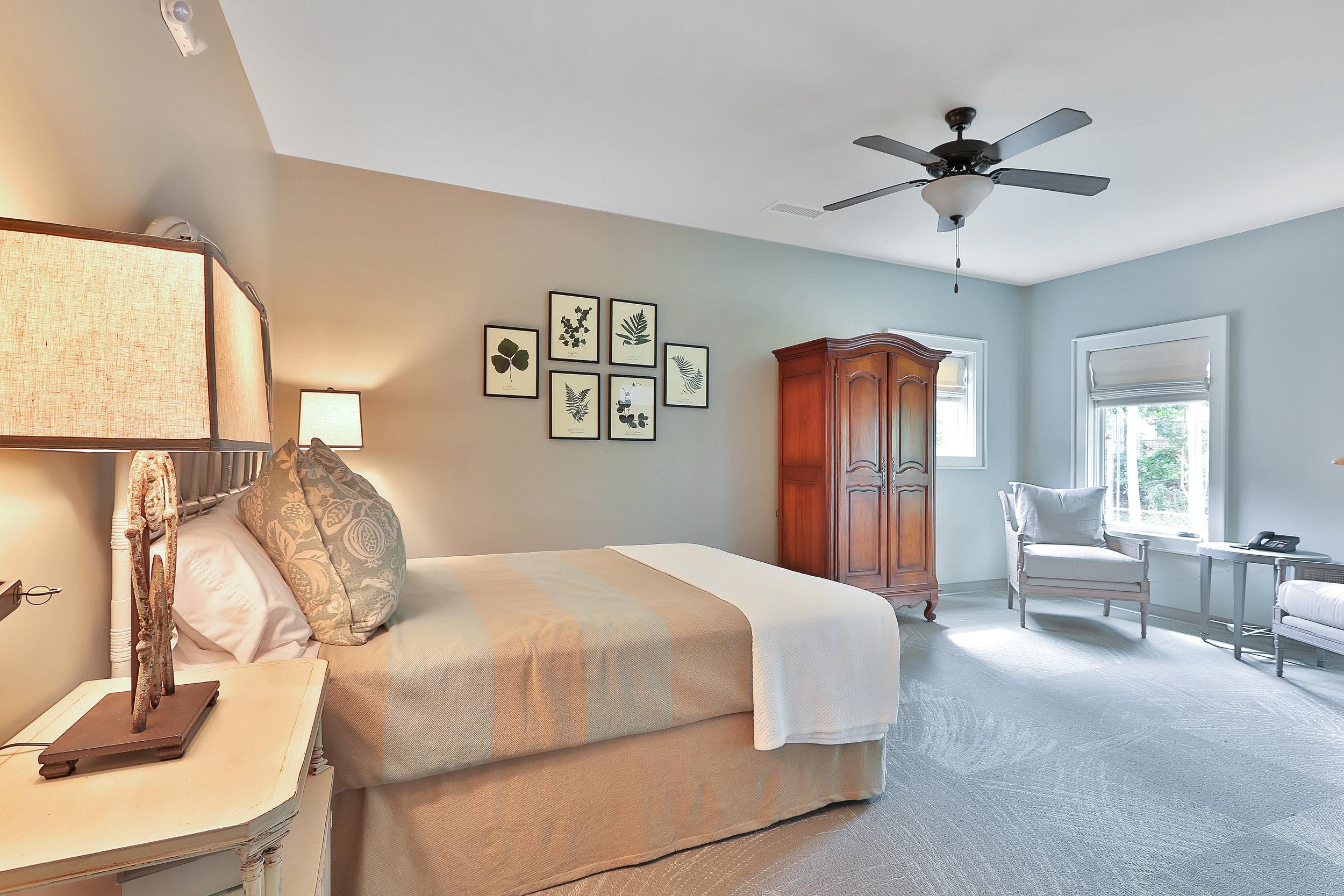 Queen Bedroom sitting area.jpg