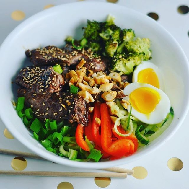 Keto teriyaki beef bowls with crunchy cucumber noodles are summer in a bowl! Recipe on modernlowcarb.com 🥒🙌🏼☀️#lowcarb #keto #glutenfree #grainfree #paleo #primal #lchf #atkins #banting #teriyakibowl #recipe #modlowcarb #modernlowcarb #eeeeeats #instafood #mealprep #egg #beefbowl #huffposttaste #feedfeed