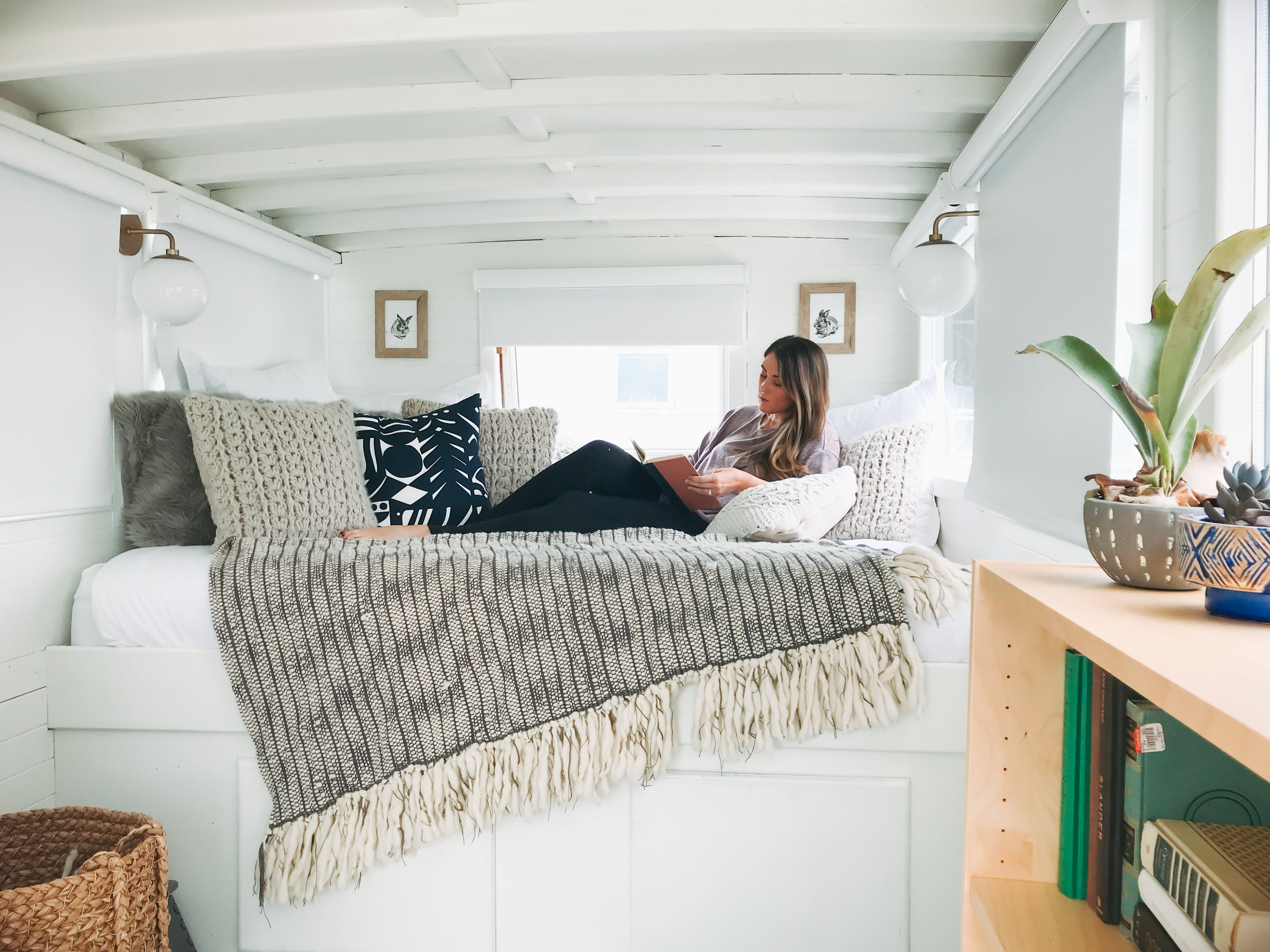 katherine_mendieta_seattle_lakeside_lovenest_houseboat.jpg