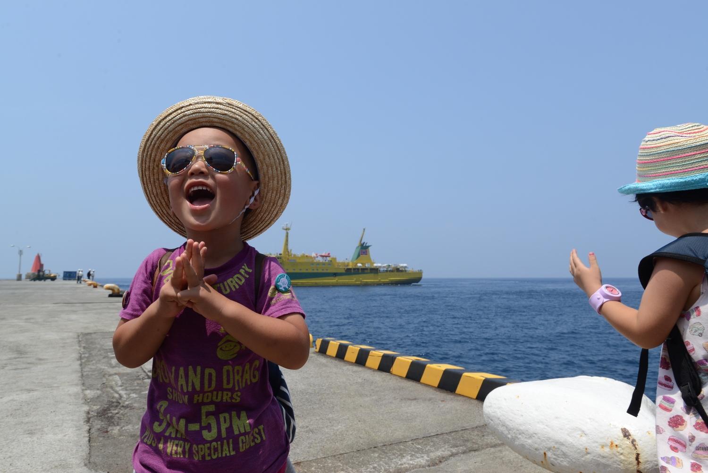 Kou, 6 y/o, shows his 120 % smile after he encountered with wild dolphins at Mikura Island July, 2014. 6歳になるコウが野生のイルカと泳いだ後、最高の笑顔を見せてくれた。2014年7月御蔵島にて。