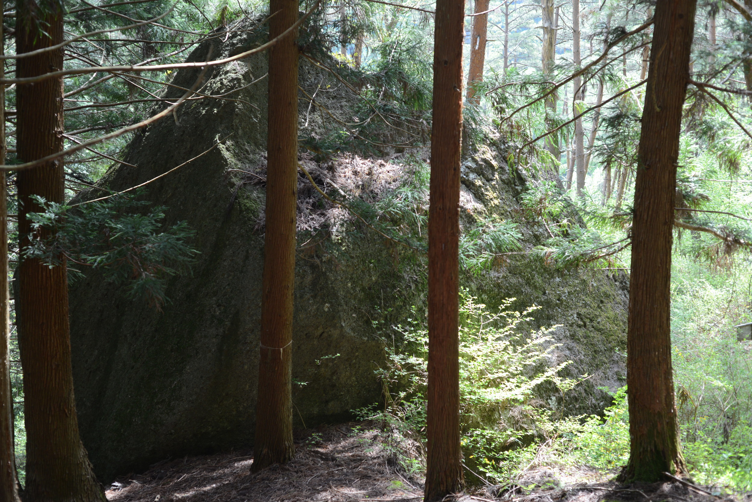 長野県諏訪にある、諏訪大社の御神体となる守屋山にある小袋石。縄文時代からの息吹を感じれる場所。