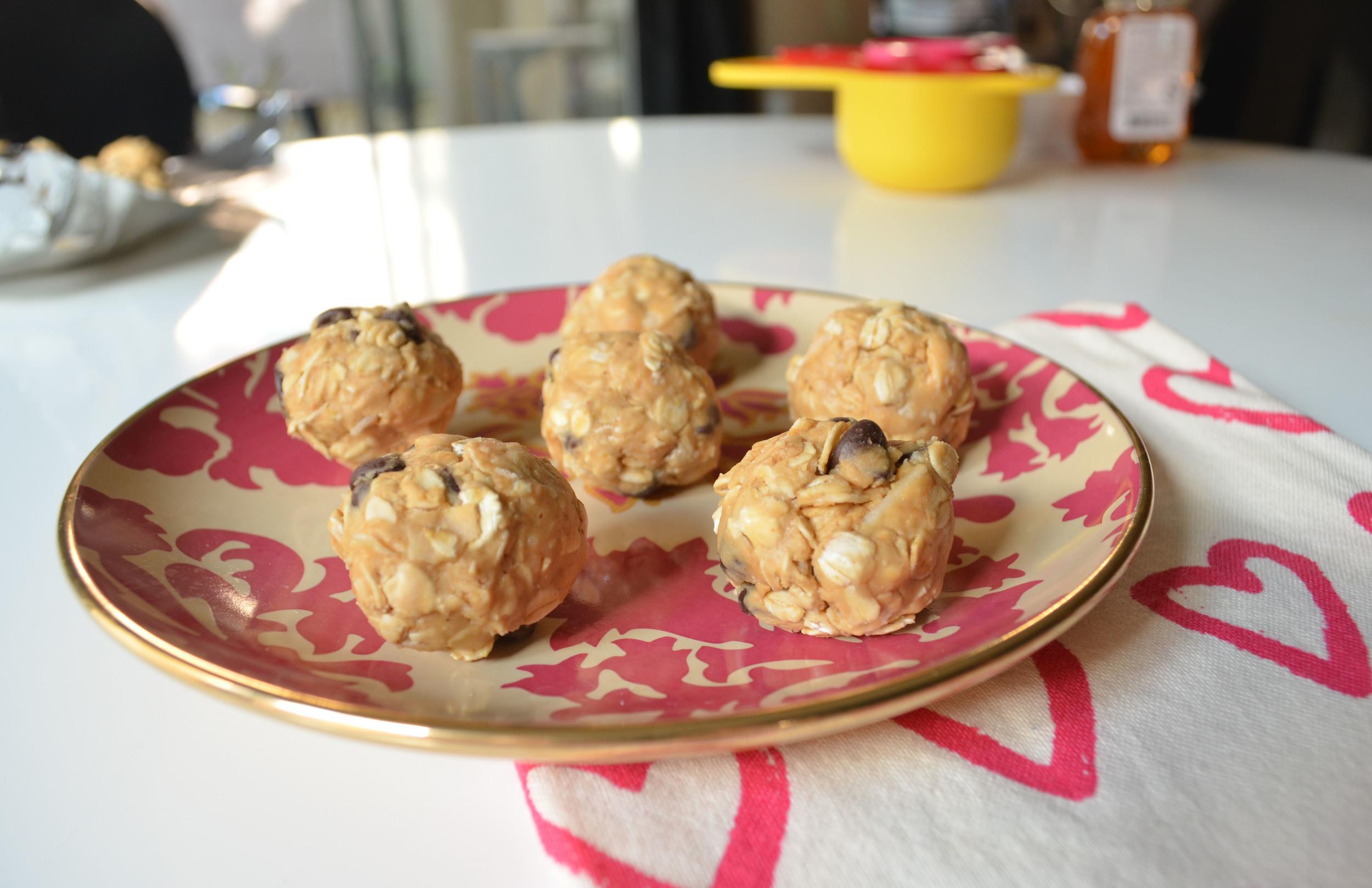 Pregnancy Peanut Butter & Chocolate Protein Balls | Momma Society | www.mommasociety.com