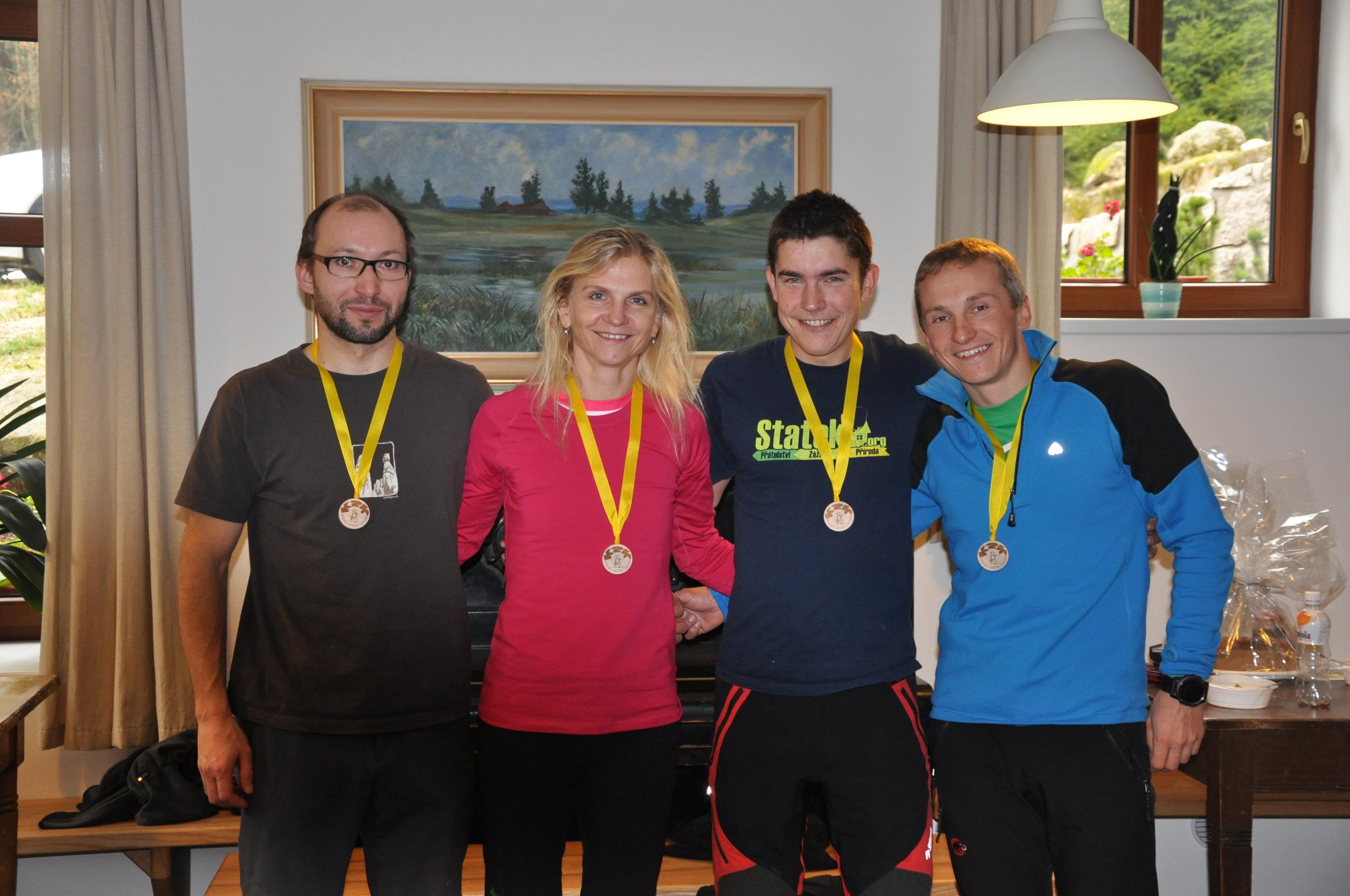 Naši vítězný Jizerský kamzíci (ZLEVA)3.místo - Petr Ehl, 1. místo - Marcela Rambová, 1.místo - Petr Polášek, 2. místo - Milan Krohlák.
