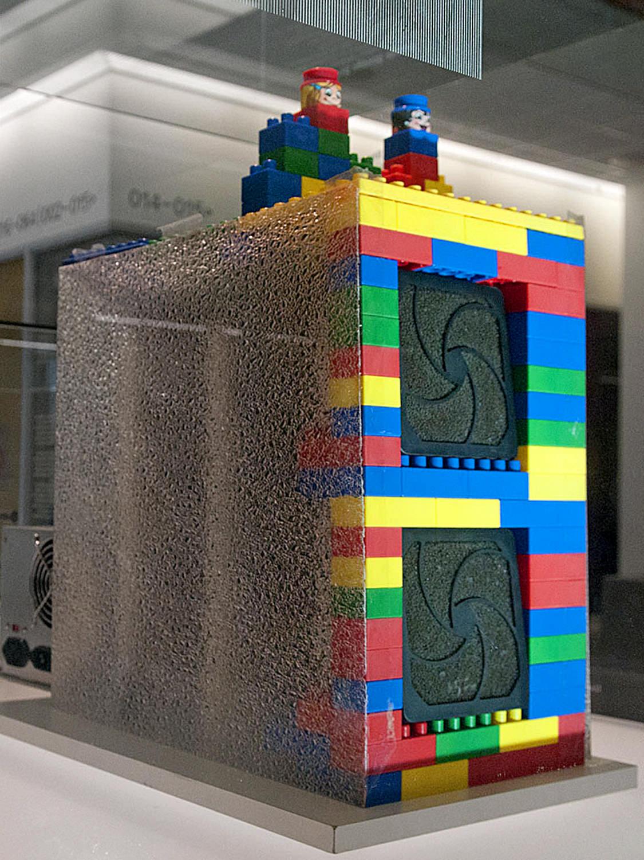 Google  • Le serveur original de Google, encastré dans des blocs Lego, et exposé à l'Université de Stanford.