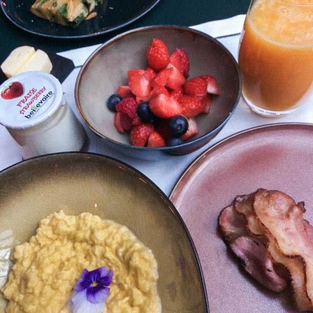 waouh! œufs brouillés bacon, fruits frais, jus d'orange pressés, yaourt bio, viennoiseries