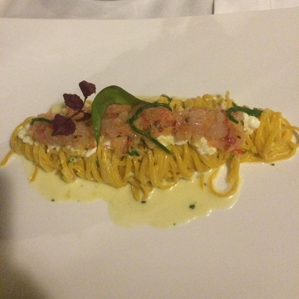 Tagliolini maison au citron avec sa Burrata, crevettes crues rouge, asperges et feuilles d'huîtres.