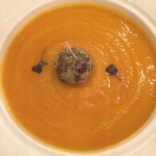 Soupe de potiron avec son fromage de lait de vache provenant de l'Italie septentrionale;Chef  Fabio Boschero .
