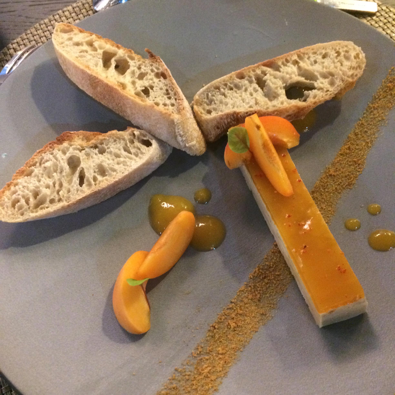 Accompagné de fines bulles de la  Maison Laurent-Perrier , dégustez sans faste ce délicat Finger de foie gras de canard, abricot et toast de pain Lalos. Pour les végétariens, optez pour le Maquereau vin blanc moutarde verte et radis, une merveille!
