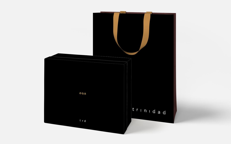 trinidad - Criação da identidade visual para a marca de roupas femininas carioca Trinidad, com sua 1ª loja localizada no coração de Ipanema. O conceito levou em conta as três sócias da grife e a importância de cada uma delas para a loja. Agência: Tiralinhas/EGMC