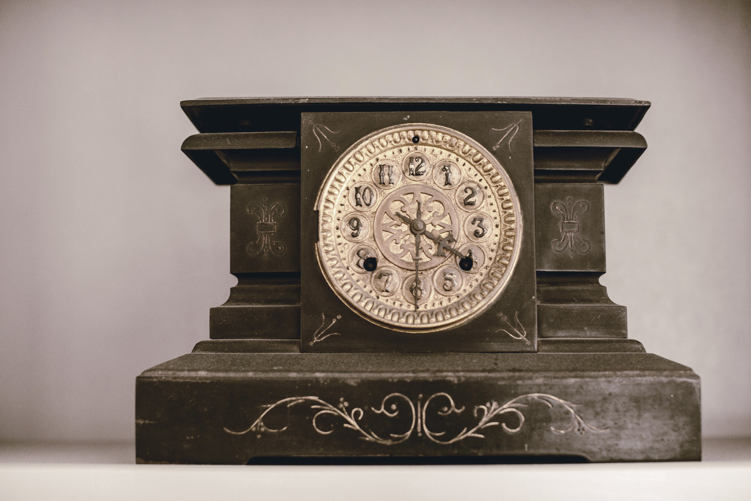 southern plantation mantle clock / heirloomed