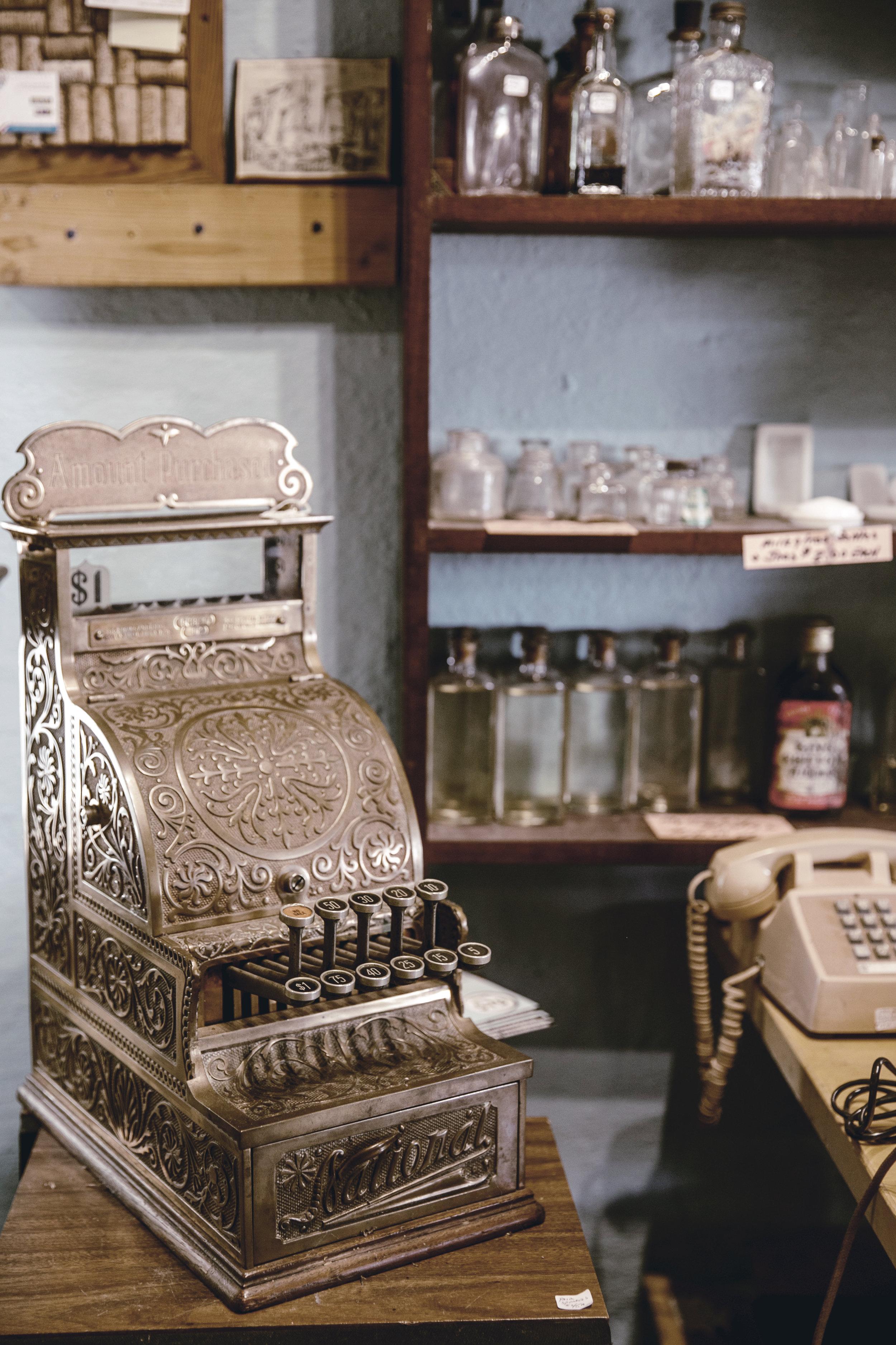 antique cash register / heirloomed