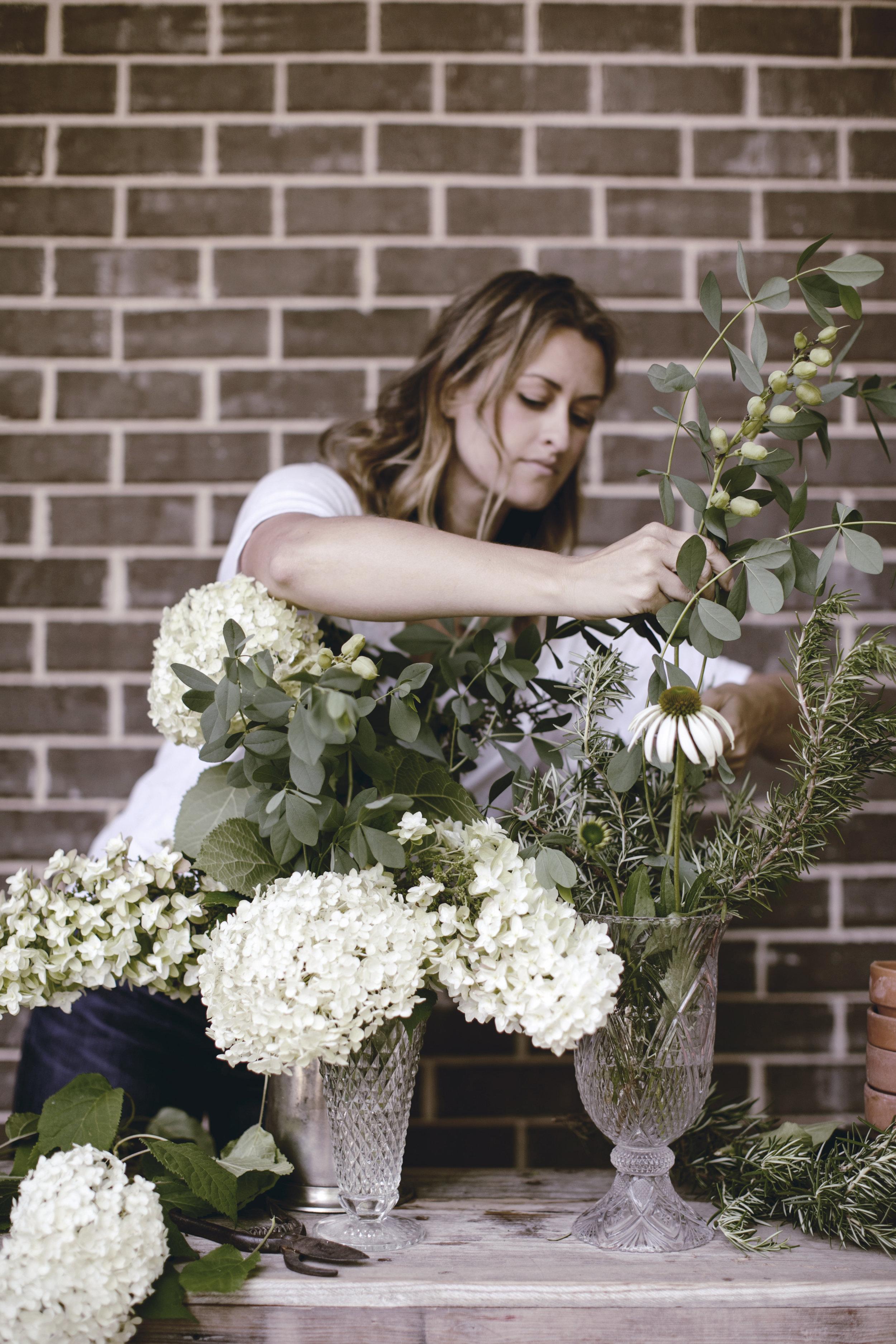 how to arrange a farmhouse floral arrangement / heirloomed