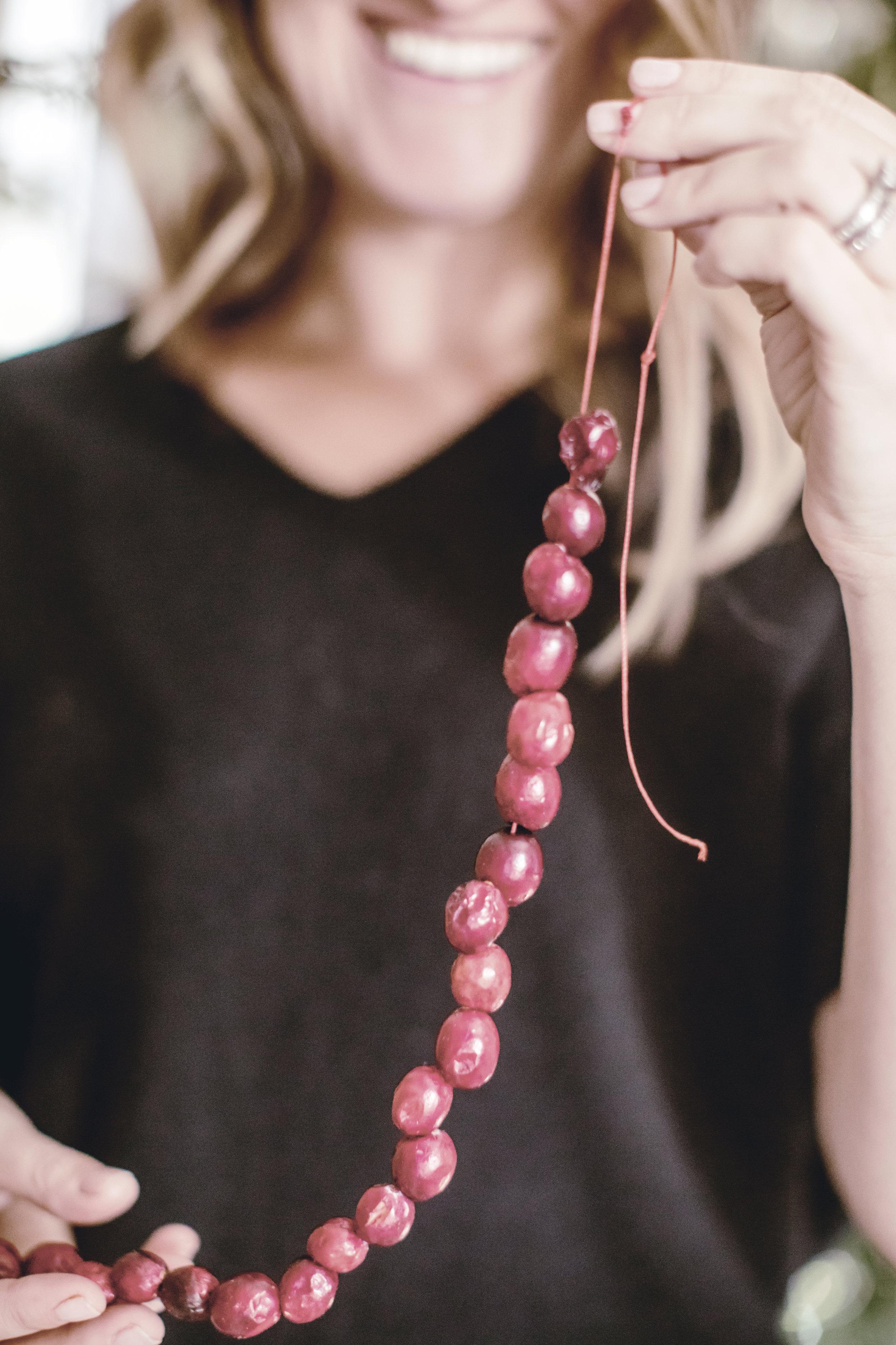 tips for stringing cranberry garland / heirloomed