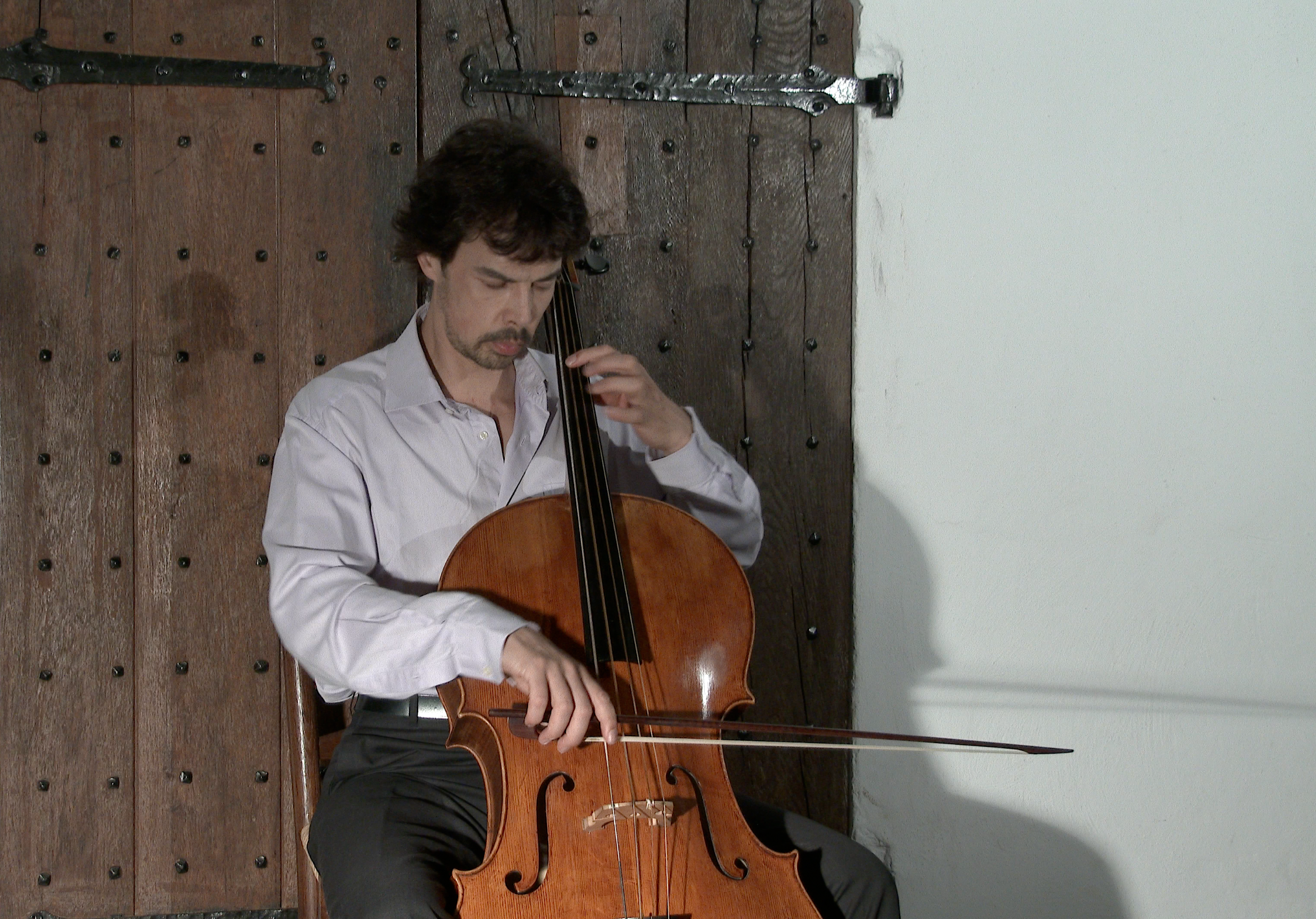 Detmar Leertouwer playing Bach in a Castle.