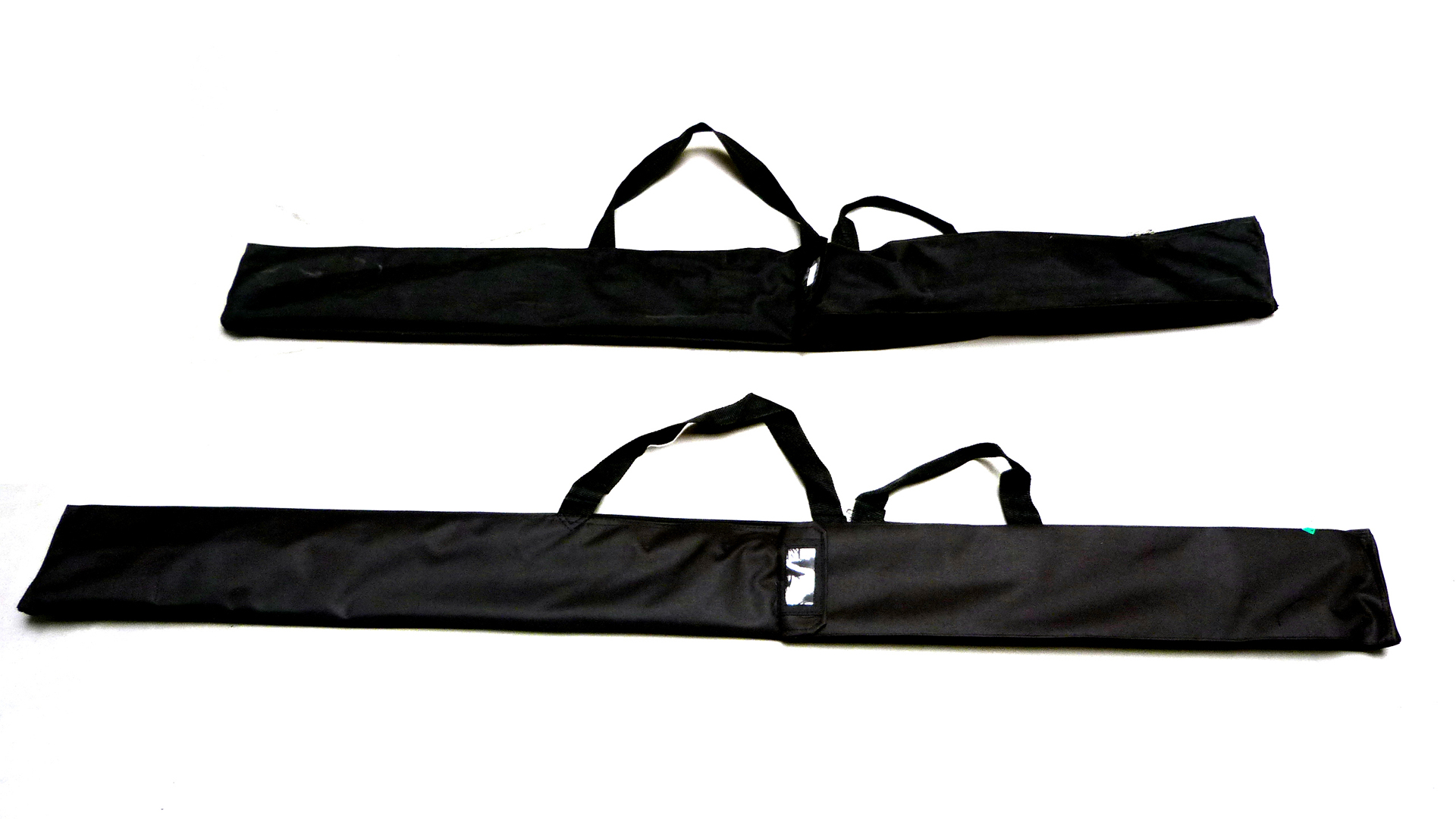 The weight of the flags is optimized for transport. A pole bag is included.