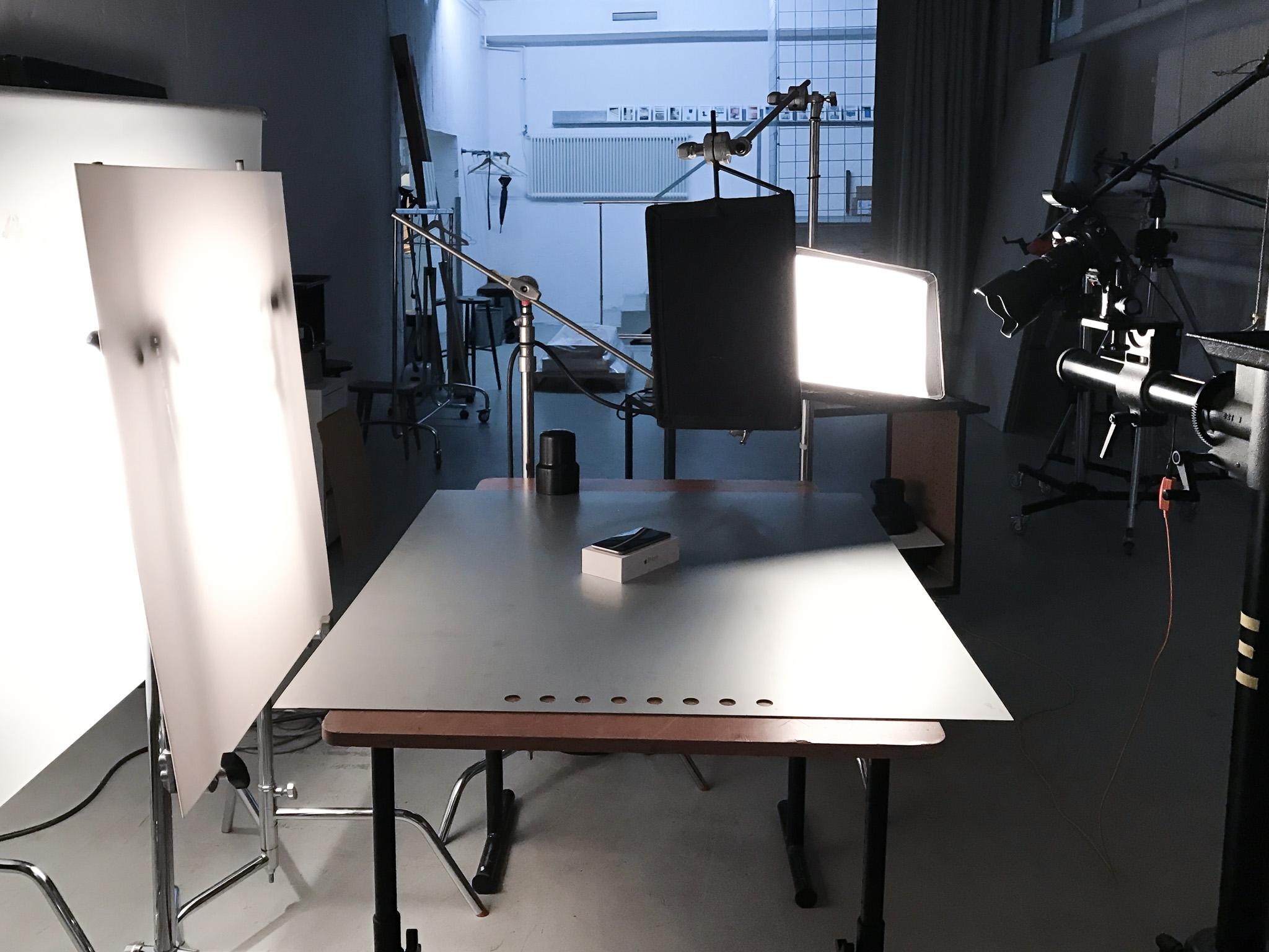 Kameran till höger i bild. Till vänster syns ljuset bakifrån som slås genom diffusionspapper och en plexiglasskiva.