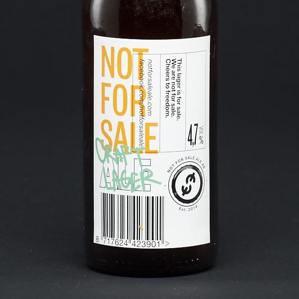 Etiketten ljussatt med en softbox.