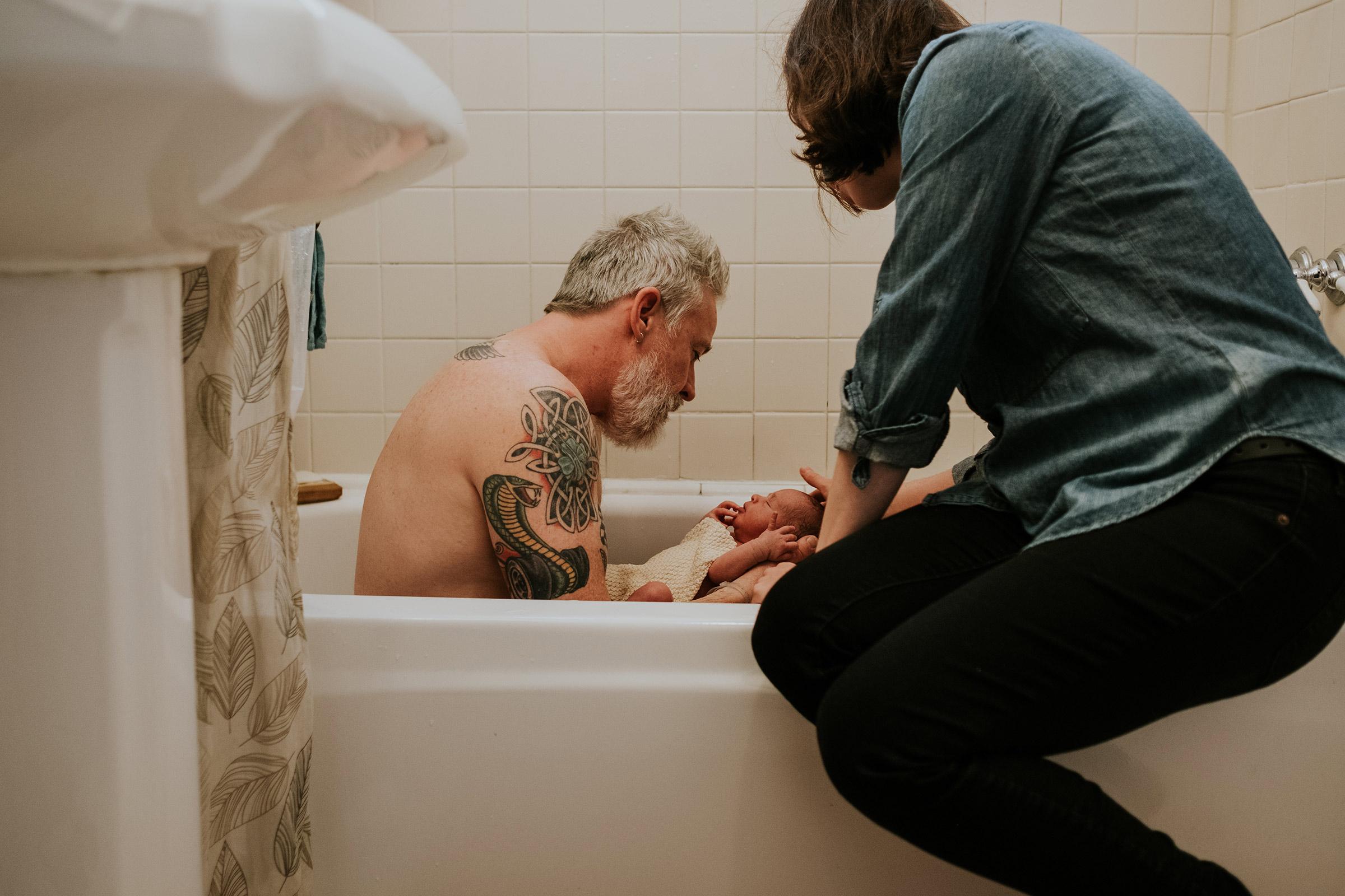 baby-rufus-and-dad-first-bath-newborn-portrait-photographer-raelyn-ramey-photography-Des-Moines-Iowa.jpg