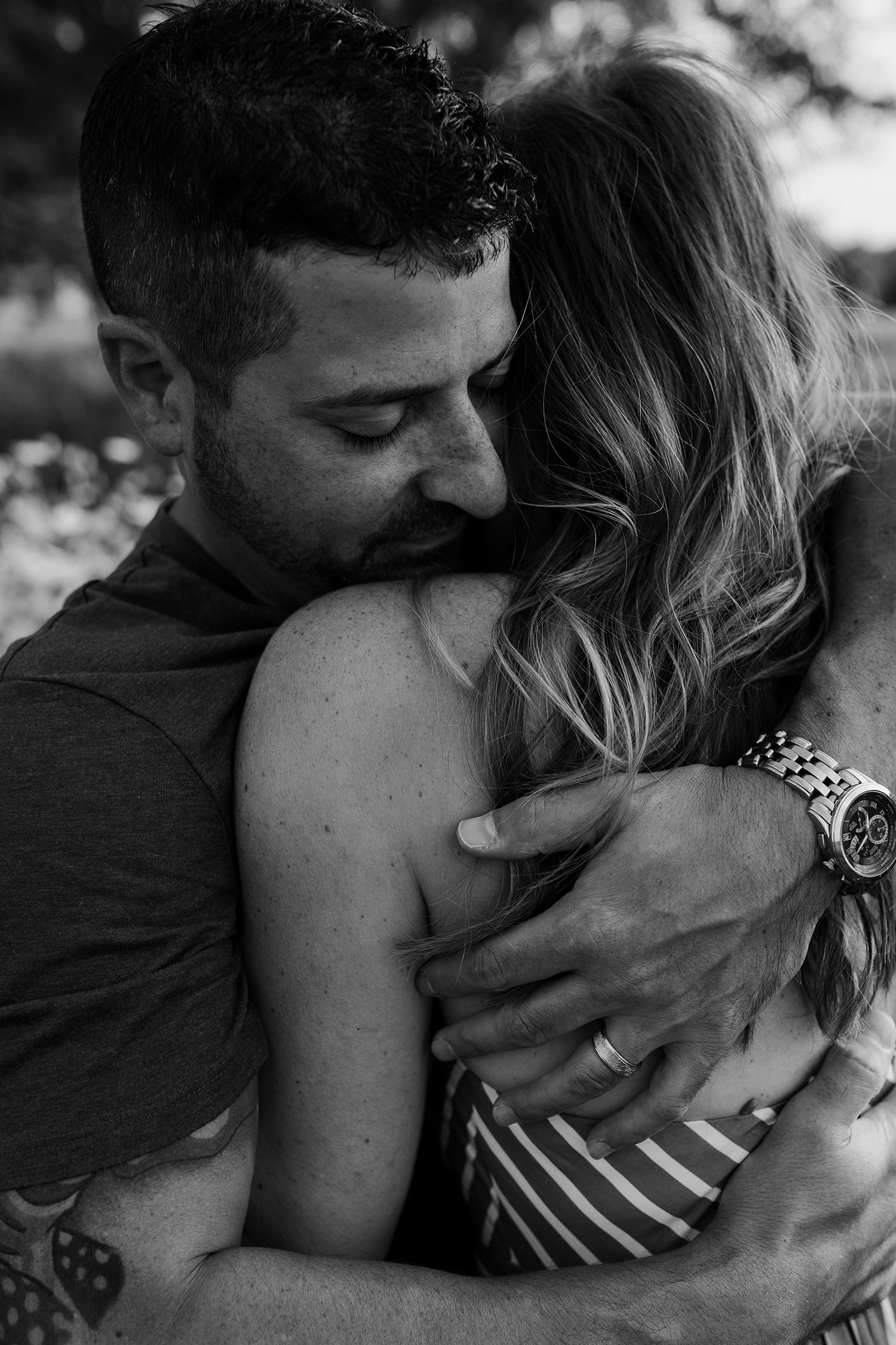 natale-family-mom-dad-hugging-iris-aisle--winterset-iowa-raelyn-ramey-photography-128.jpg