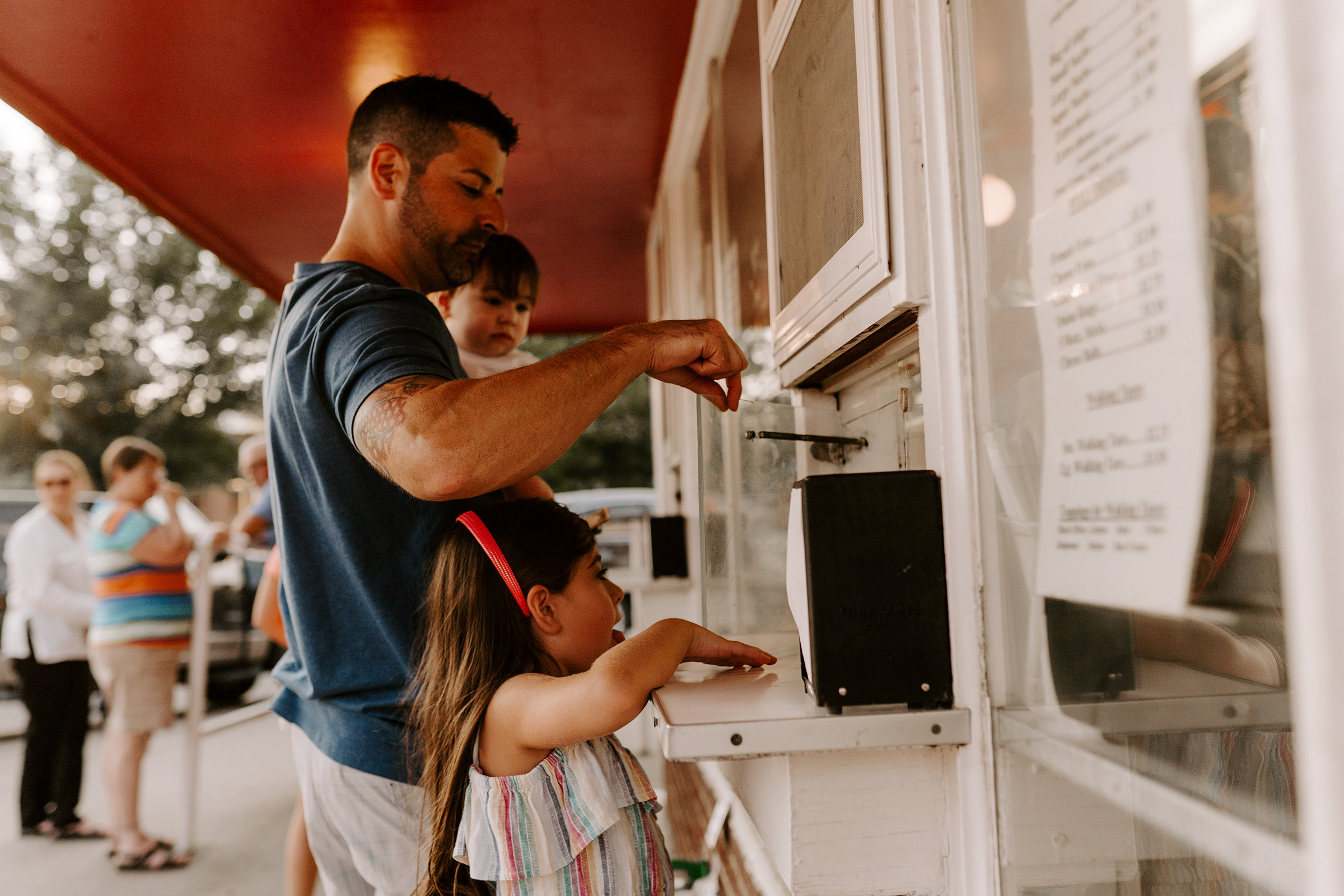 natale-family-ordering-ice-cream-with-dad-and-kids-at-frostees-winterset-iowa-raelyn-ramey-photography-185.jpg