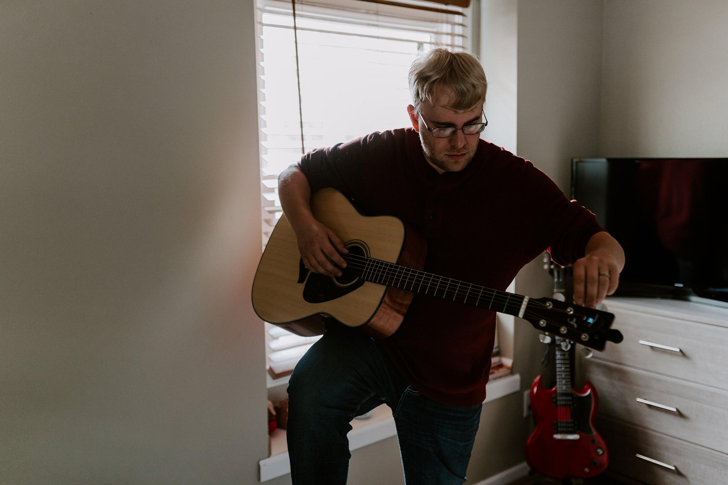 dad-tuning-guitar-maternity-desmoines-iowa-raelyn-ramey-photography-17.jpg