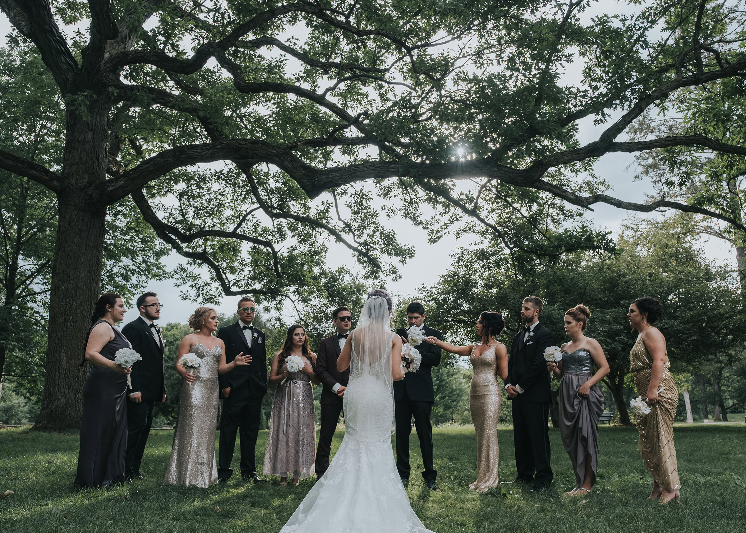 bride-telling-wedding-party-how-to-pose-desmoines-iowa-art-center-raelyn-ramey-photography.jpg
