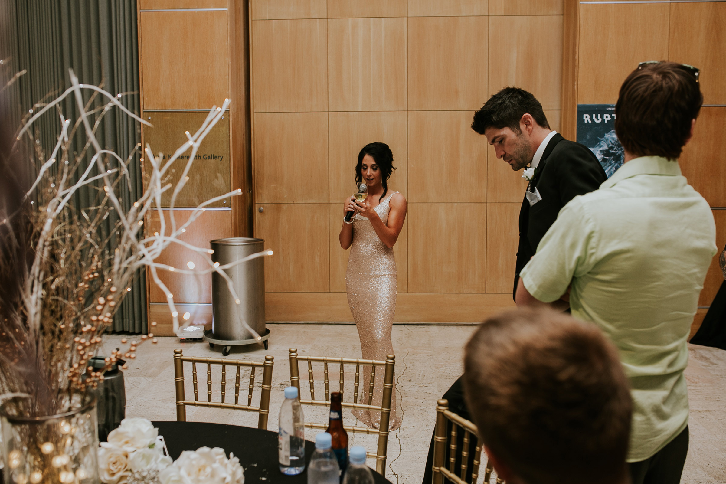 bridesmaid-making-speech-desmoines-iowa-art-center-raelyn-ramey-photography.jpg