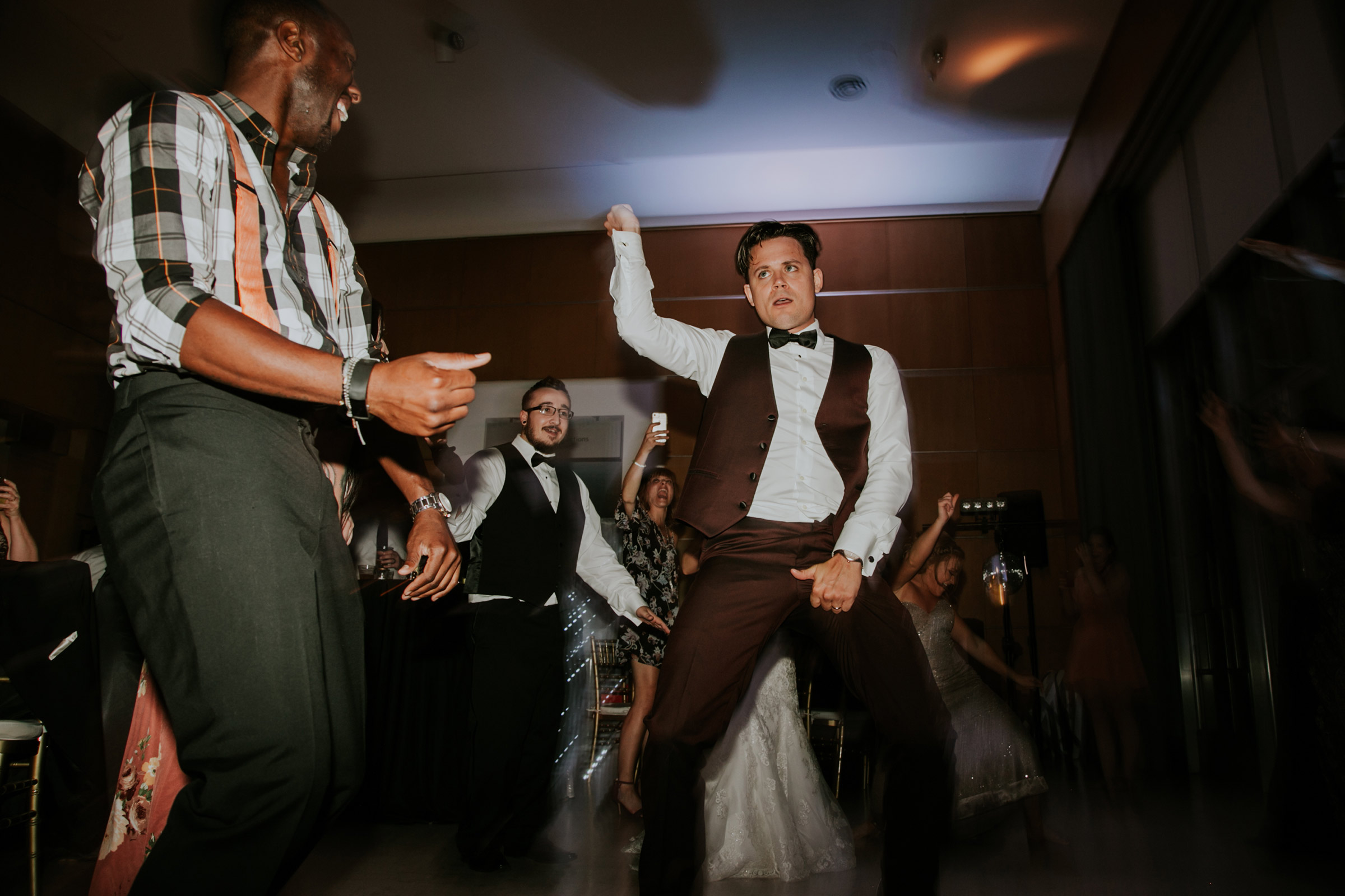groom-dancing-on-the-dance-floor-after-hours-desmoines-iowa-art-center-raelyn-ramey-photography.jpg
