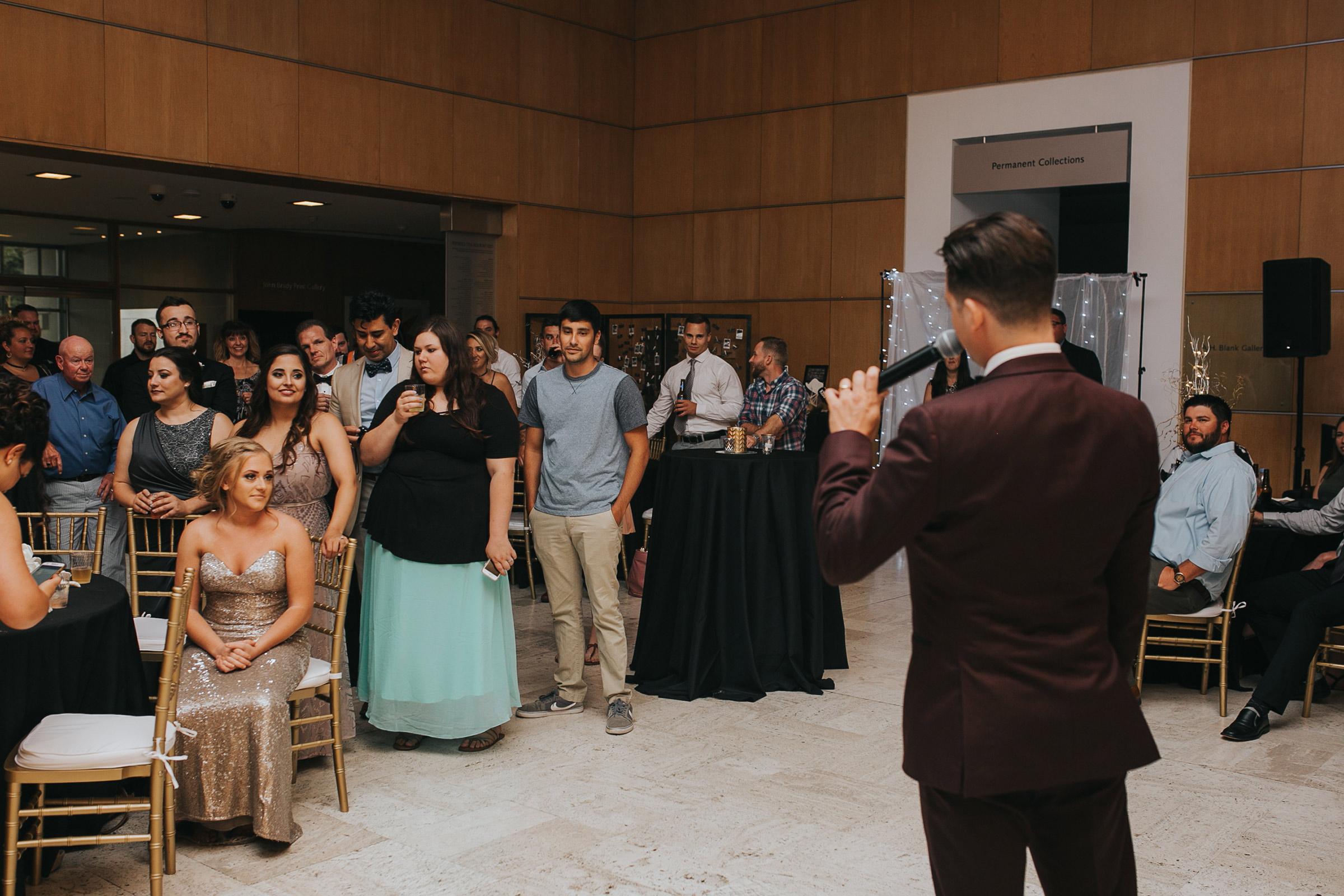 groom-making-a-thank-you-speech-desmoines-iowa-art-center-raelyn-ramey-photography.jpg