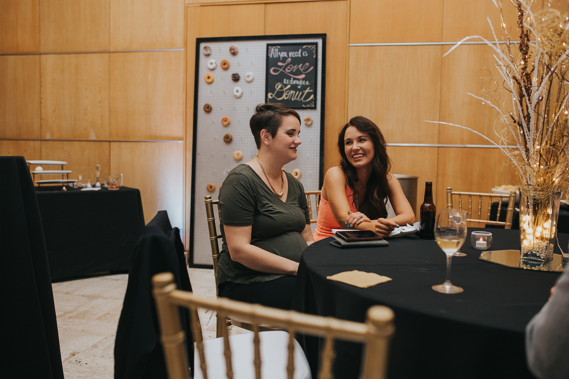 guest-laughing-and-talking-at-table-desmoines-iowa-art-center-raelyn-ramey-photography.jpg