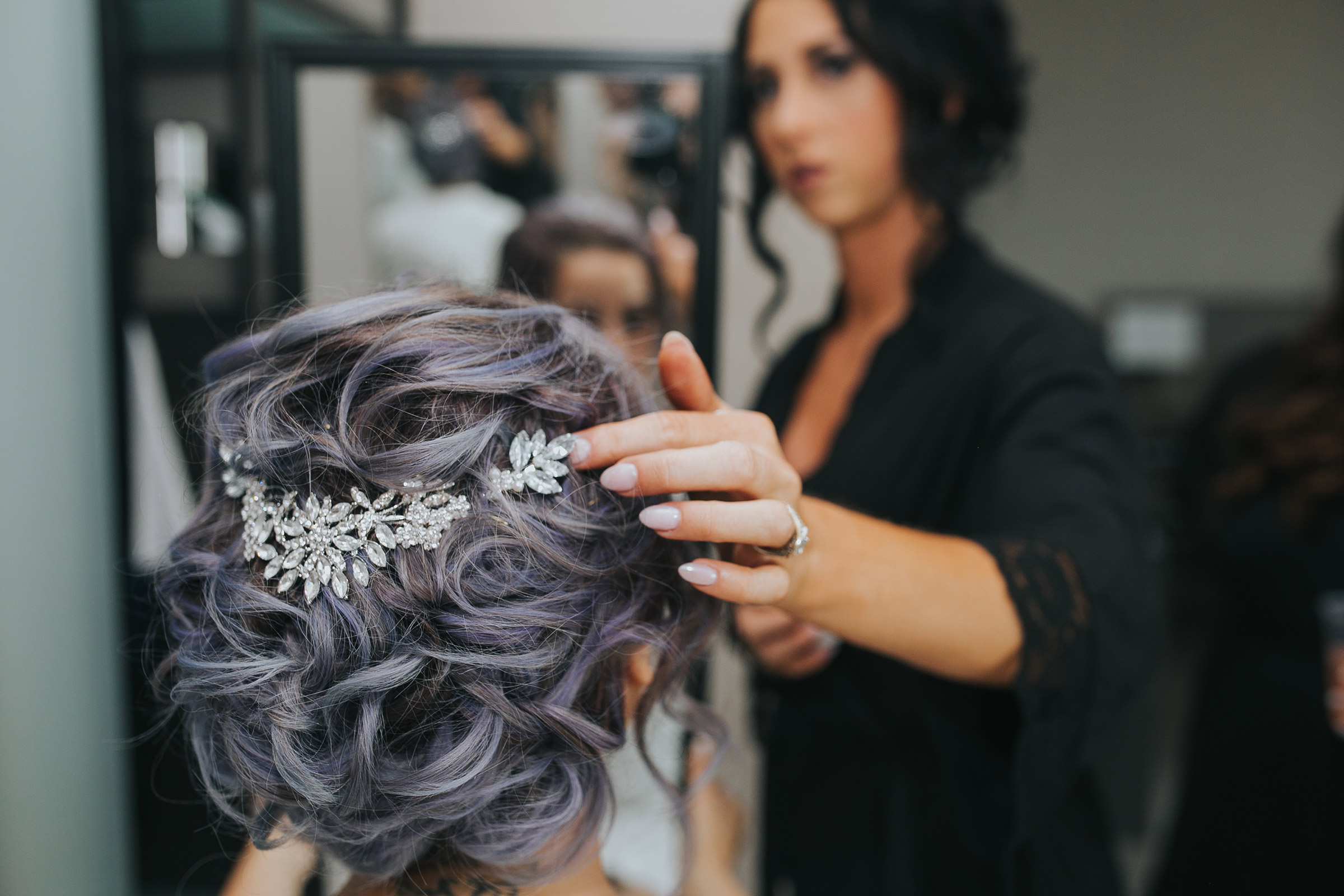 maid-of-honor-putting-hair-clip-in-brides-hair-desmoines-iowa-ac-hotel-raelyn-ramey-photography.jpg